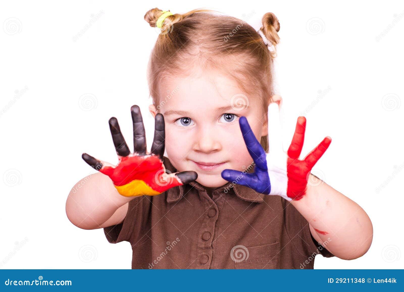 Piękna dziewczyna z rękami malować jako niemiec i francuza flaga