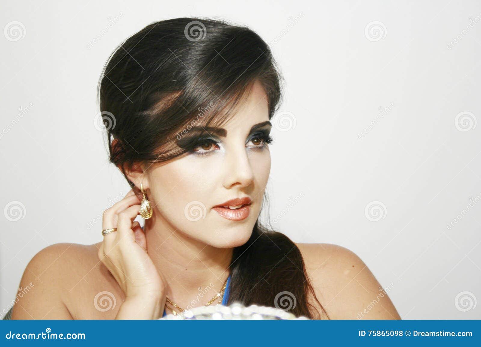 Piękna dziewczyna z romantycznym, dramatycznym spojrzeniem, błękitny intensywny makeup