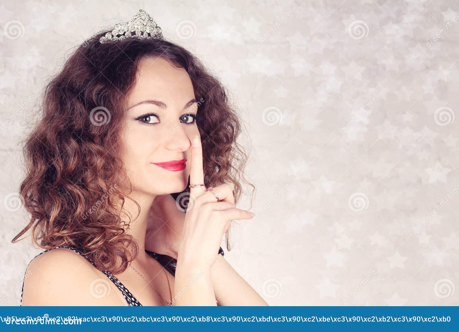 Piękna dziewczyna z tiarą