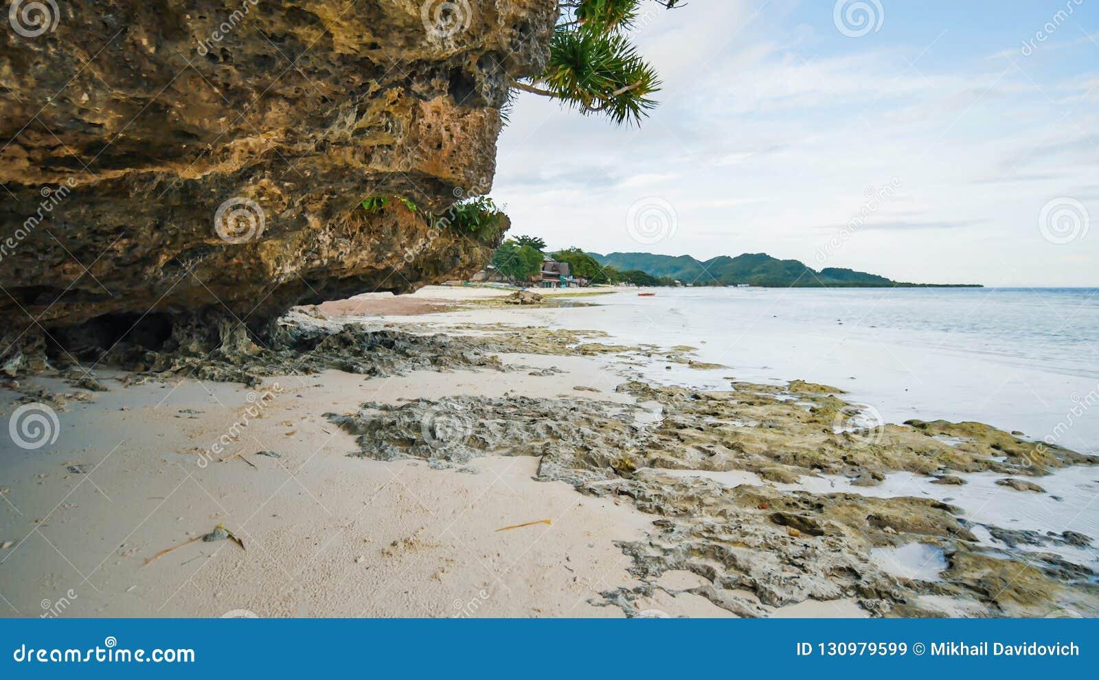 Piękna dzika tropikalna plaża blisko Anda z granitowymi skałami Bohol wyspa Filipiny