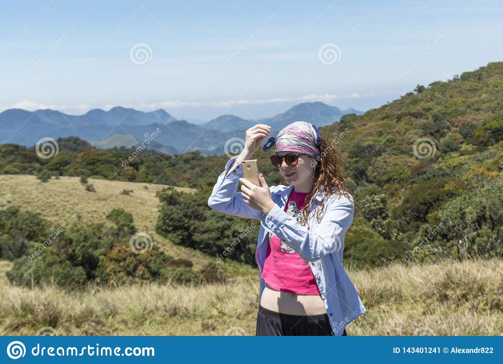 Piękna europejska kobieta dostaje gotowy dla selfie fotografii blisko gór