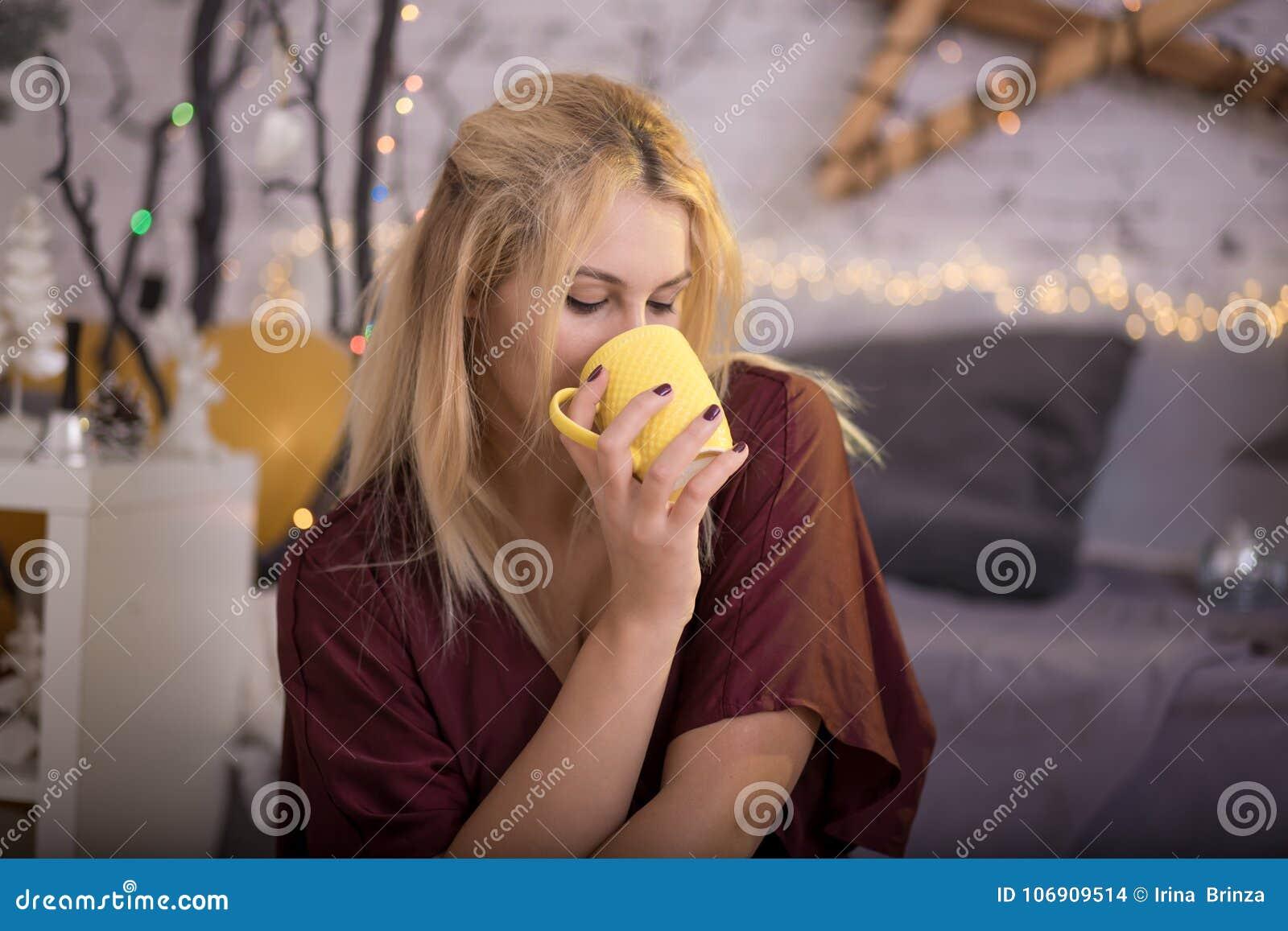 Piękna filiżanki dziewczyny herbata