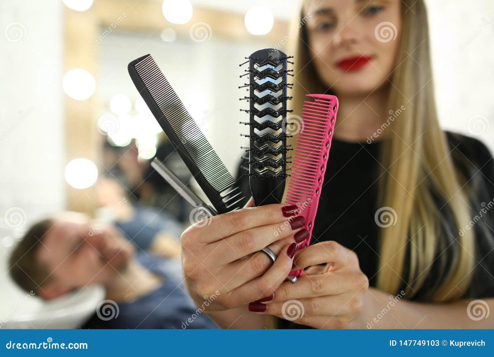 Piękna fryzjera seansu grępla i nożyce
