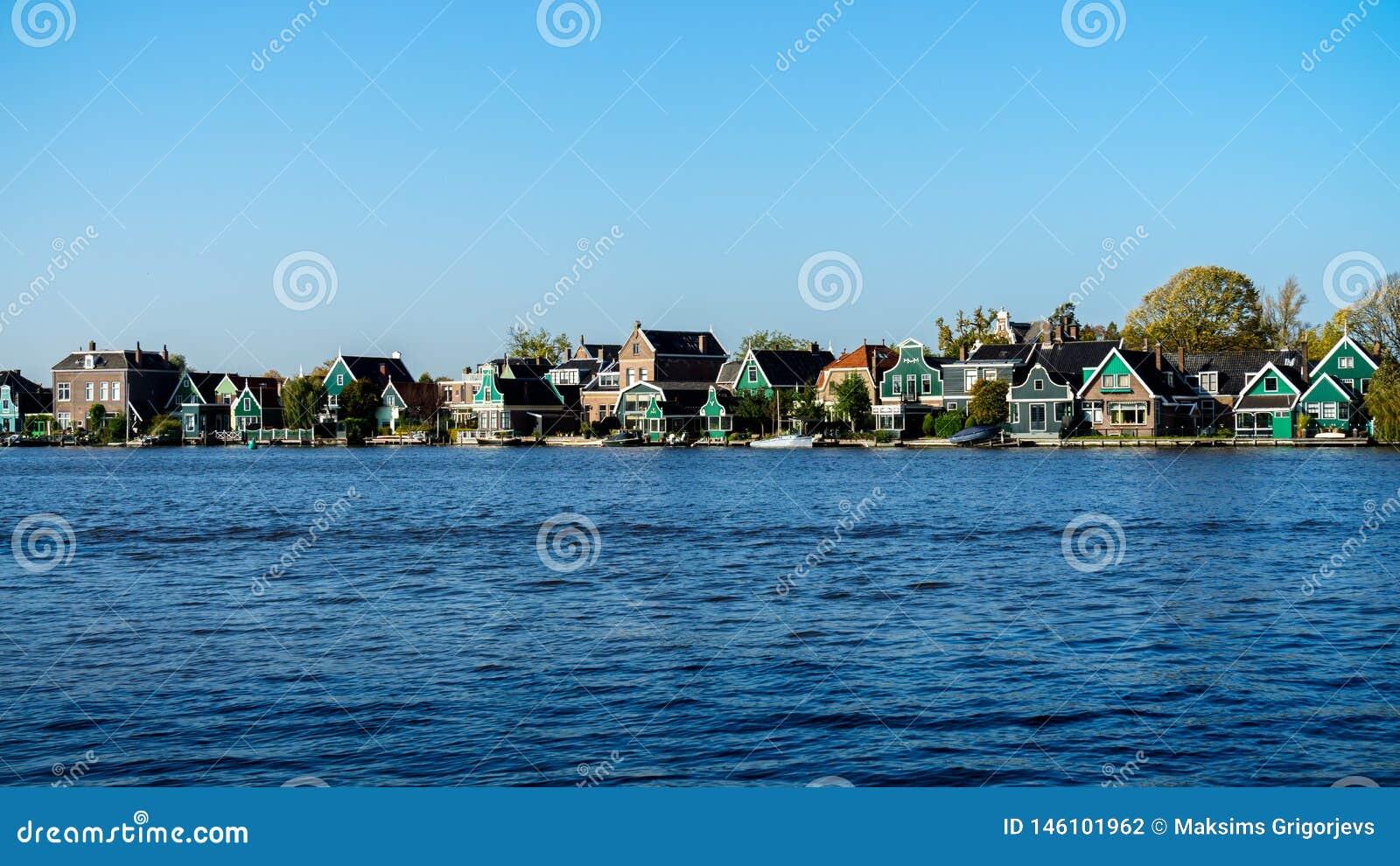 Piękna Holenderska scena z Tradycyjnymi domami kanałem w holandiach