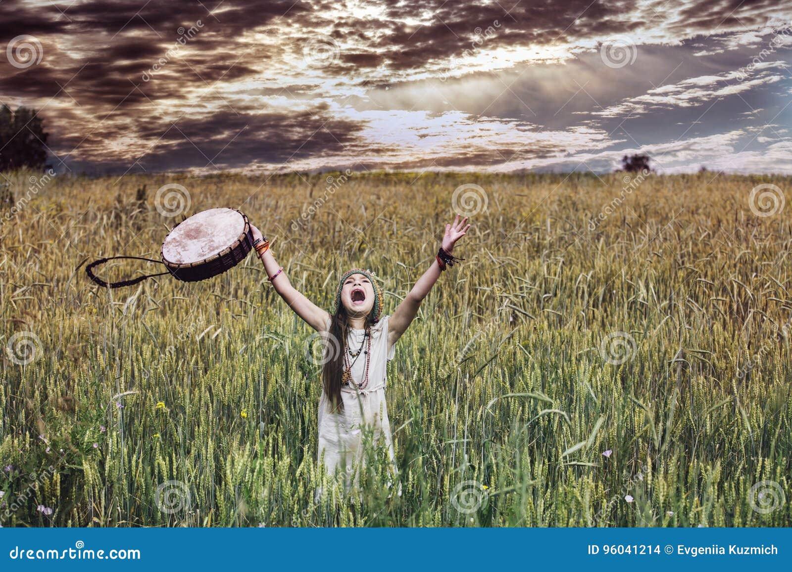 Piękna i szczęśliwa mała dziewczynka w naturze z musicalem wewnątrz