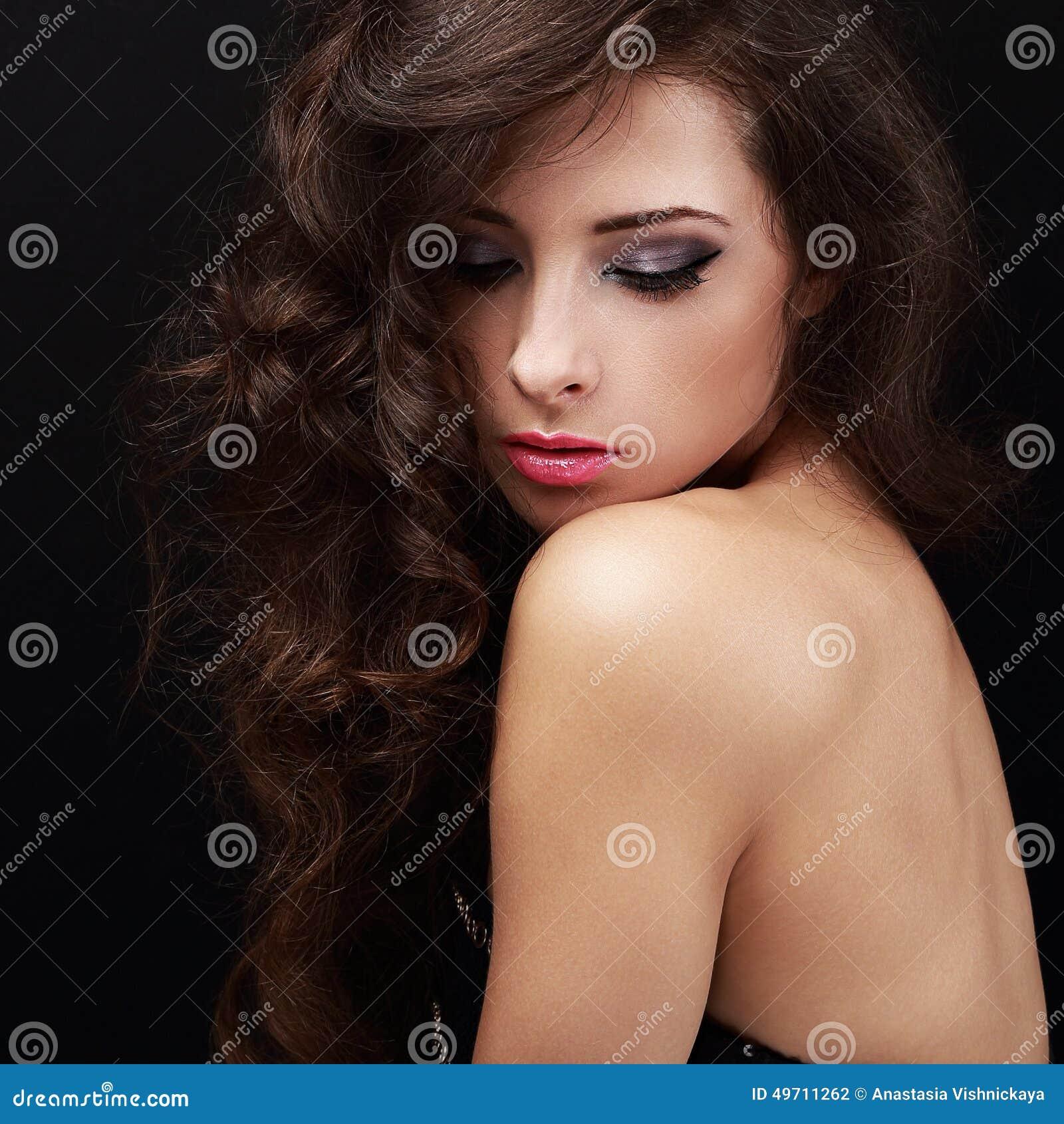 Piękna jaskrawa makeup kobieta z kędzierzawym brown włosy