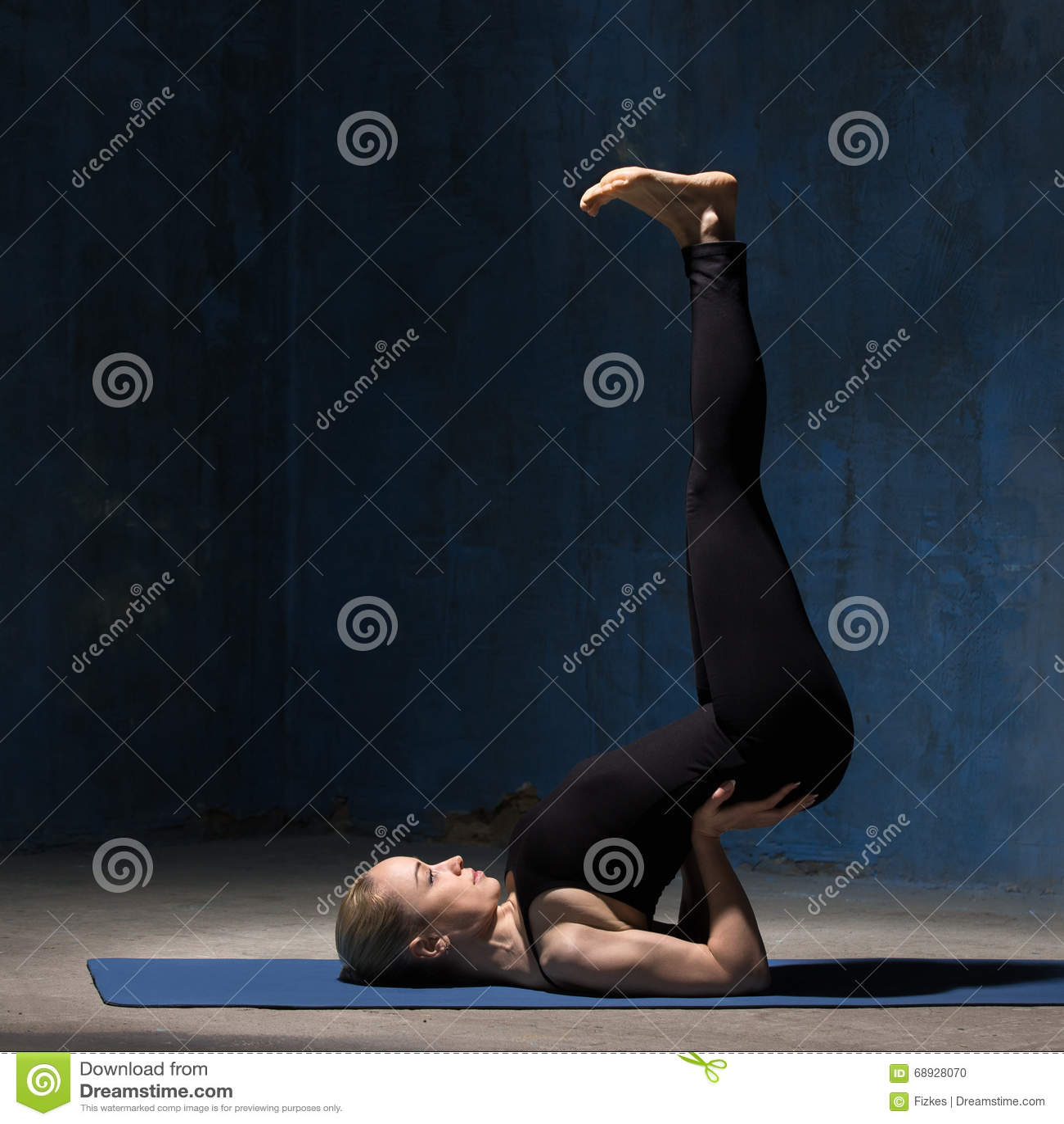 Piękna joga kobieta robi do góry nogami foki joga pozie