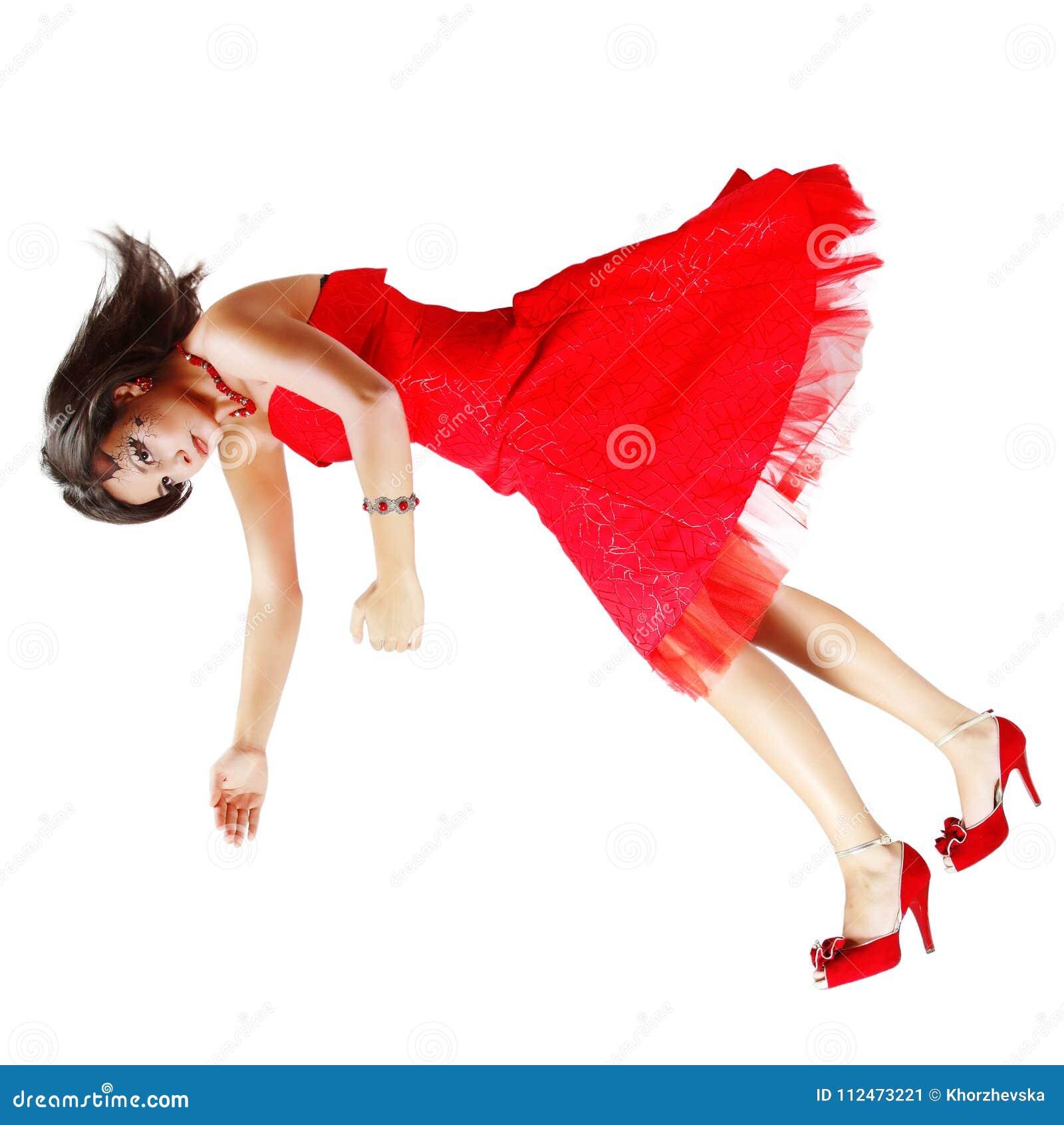 Piękna kobieta łamający lala spada puszek w czerwieni sukni odizolowywającej dalej
