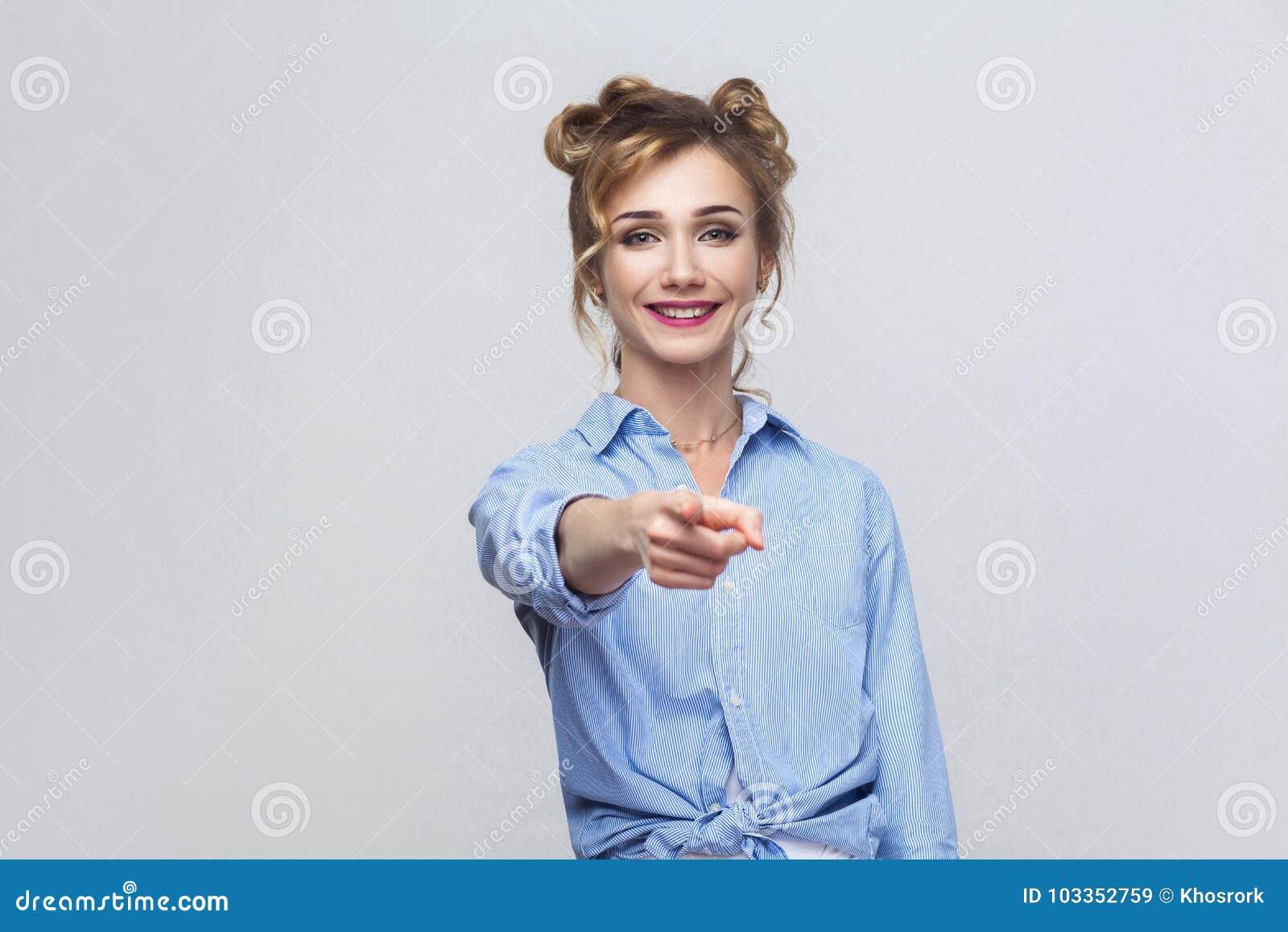 Piękna kobieta, będący ubranym błękitną koszula, mieć szczęść spojrzenia,
