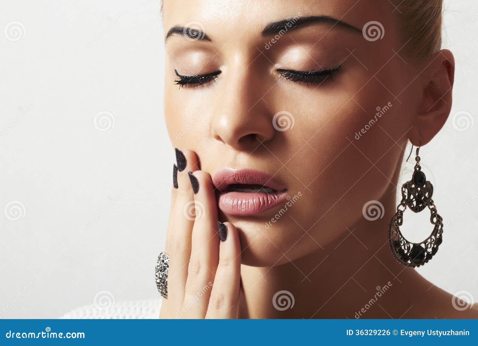Piękna kobieta. Biżuteria i Beauty.girl.ornamentation.liquid piasek manicure.hairless