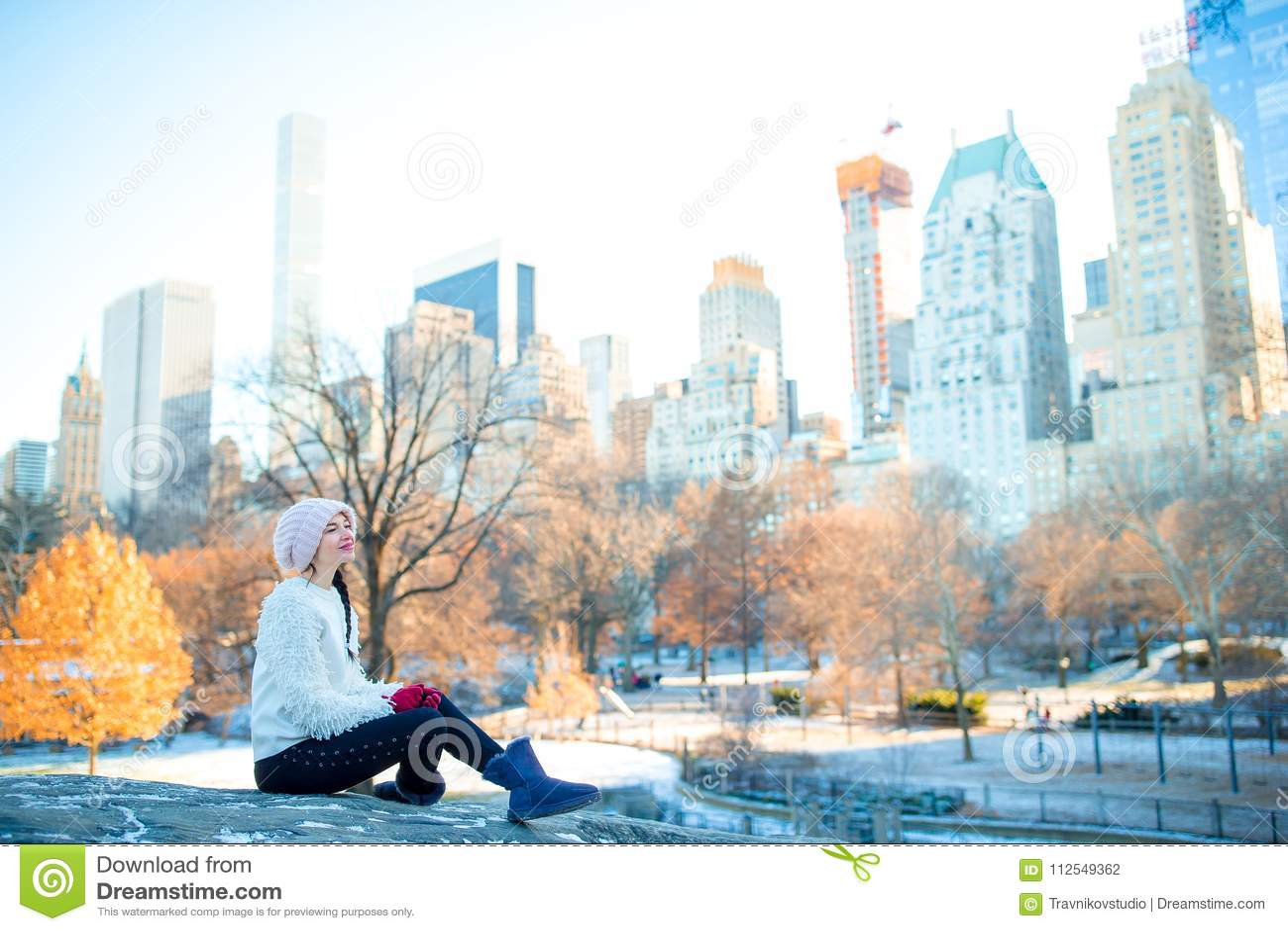 Piękna kobieta cieszy się widok lodowisko w central park i drapaczach chmur na Manhattan w Miasto Nowy Jork
