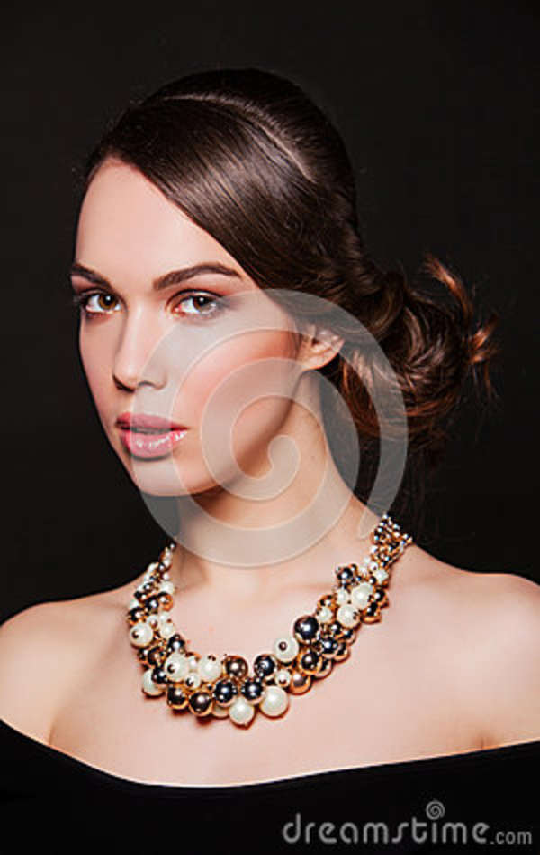 Piękna kobieta jest ubranym biżuterię z wieczór makeup