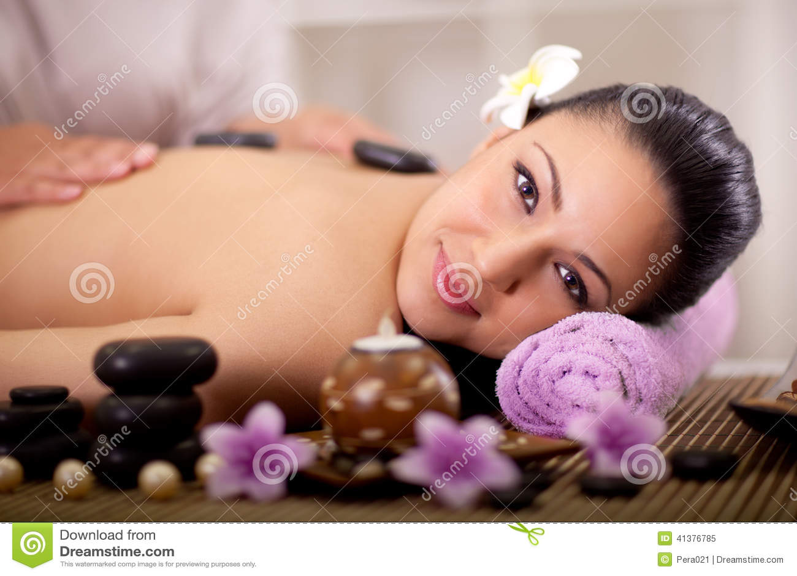 Piękna kobieta ma wellness masaż z powrotem