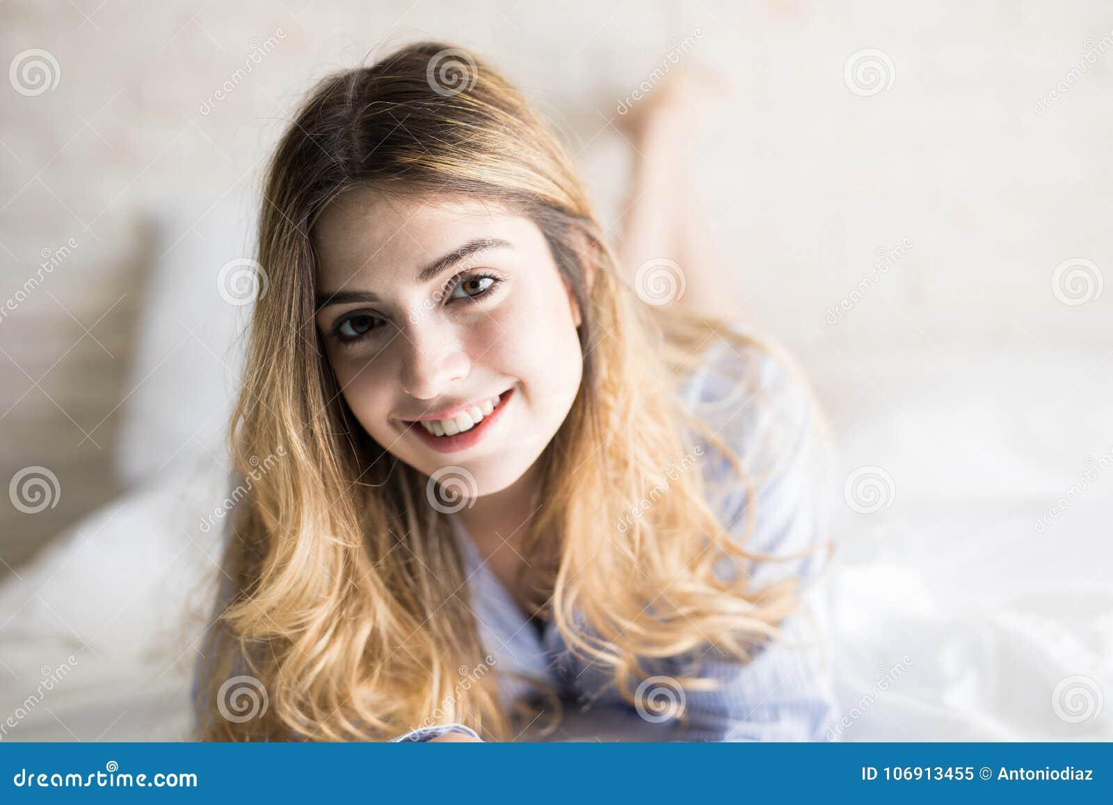 Piękna kobieta na jej łóżku