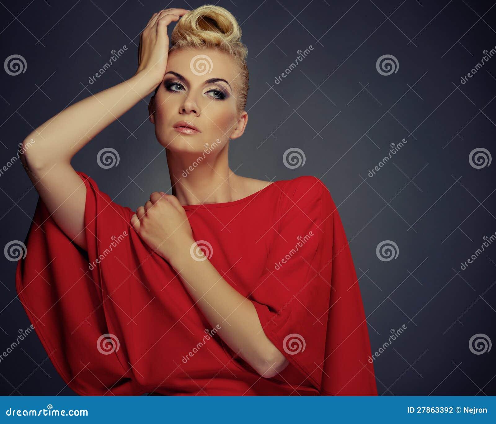 Piękna kobieta odizolowywająca na popielatym
