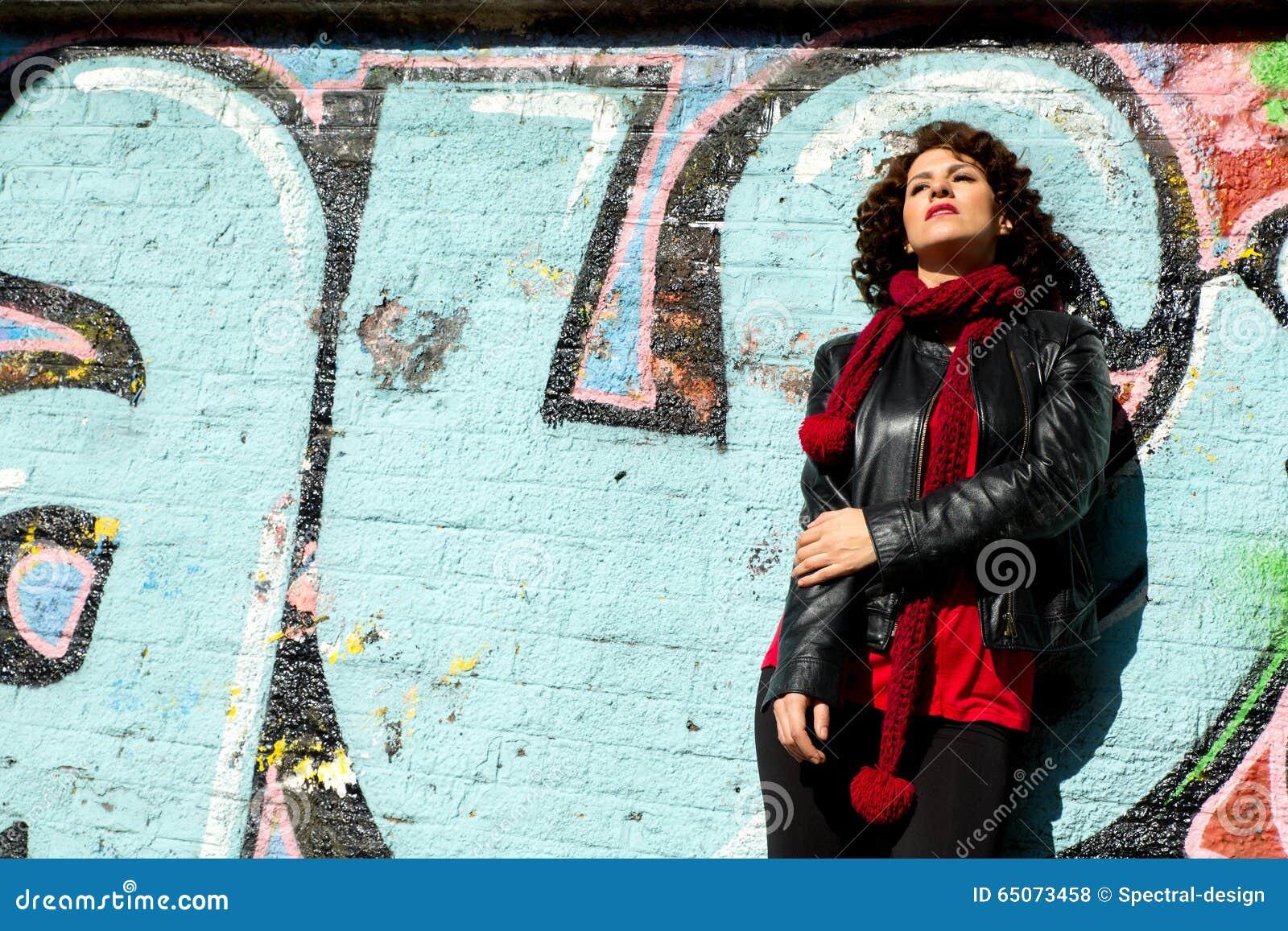 Piękna kobieta pozuje z błękitnymi graffiti