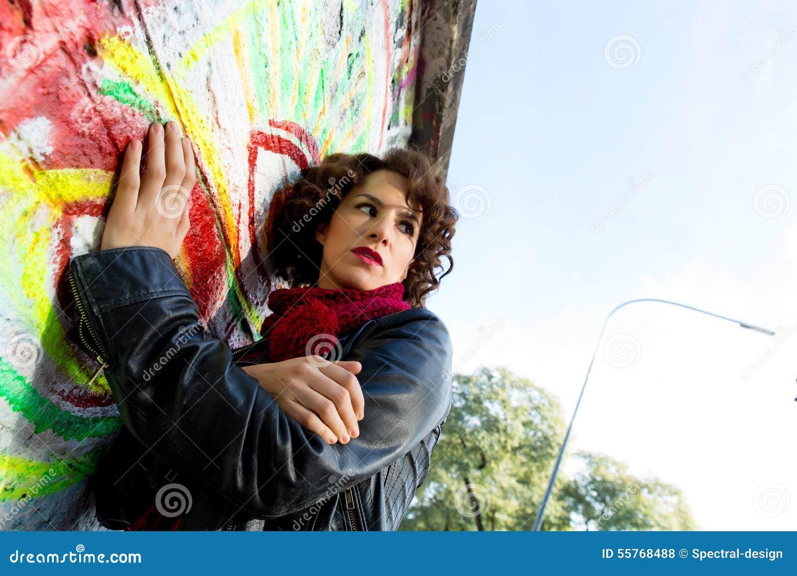 Piękna kobieta pozuje z graffiti głową