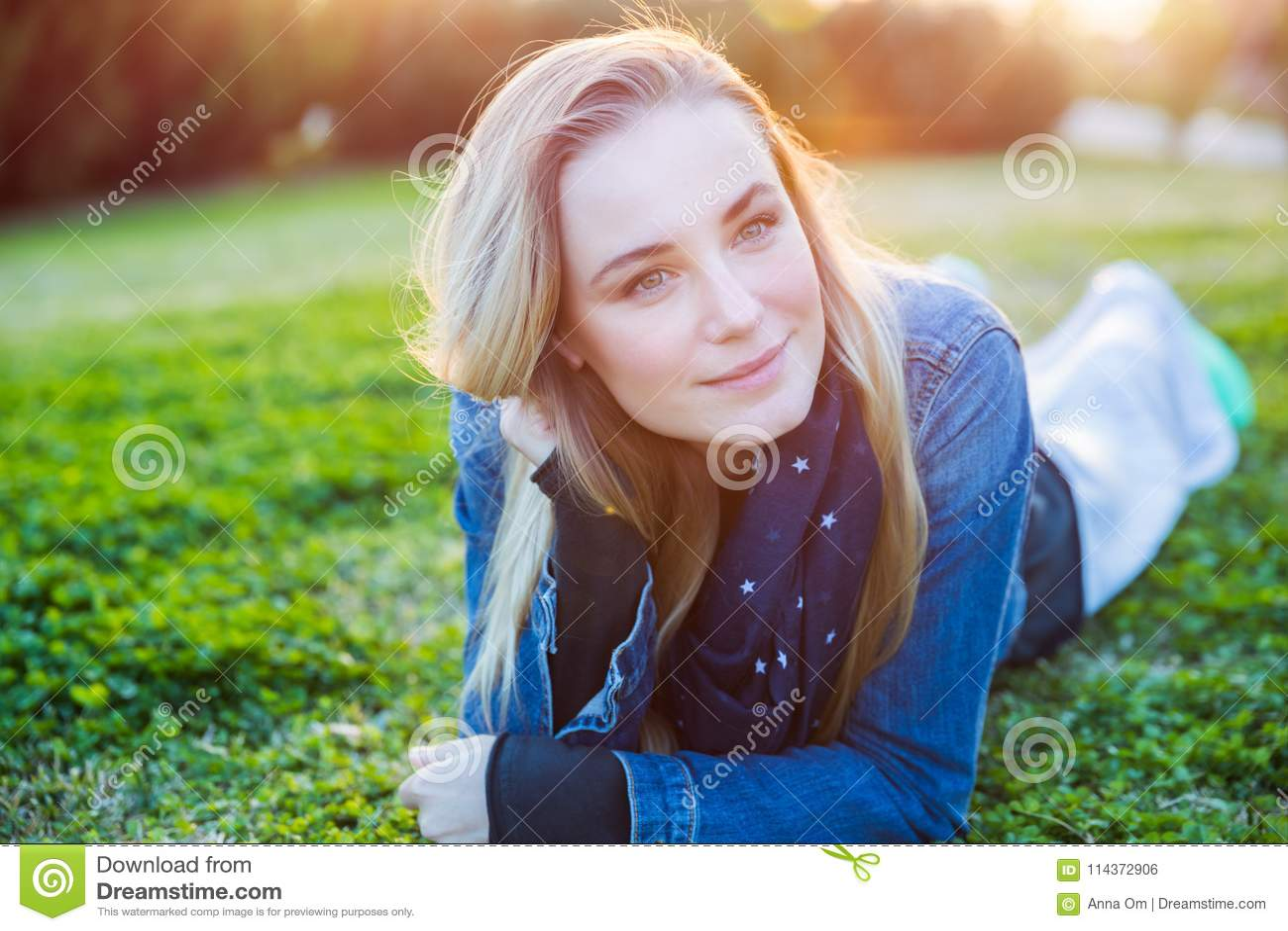 Piękna kobieta relaksuje outdoors