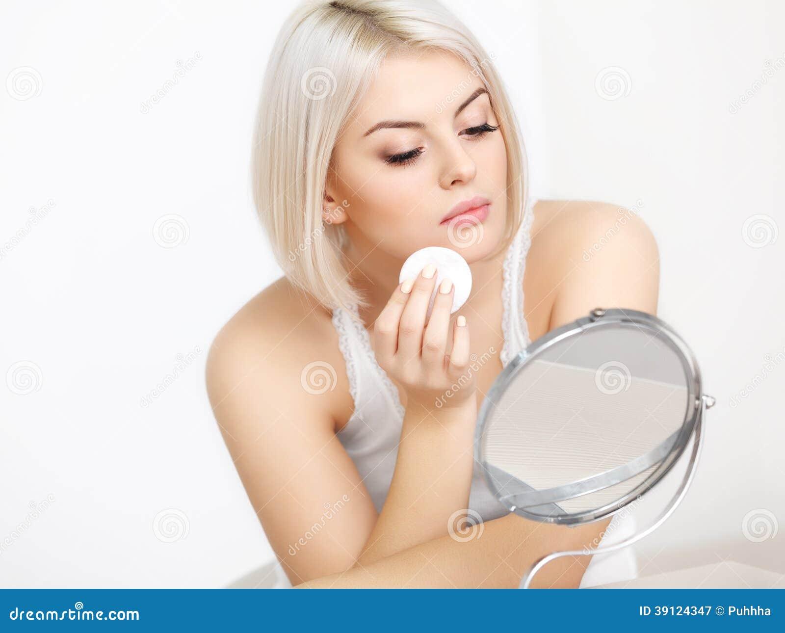 Piękna kobieta robi Dziennemu Makeup.
