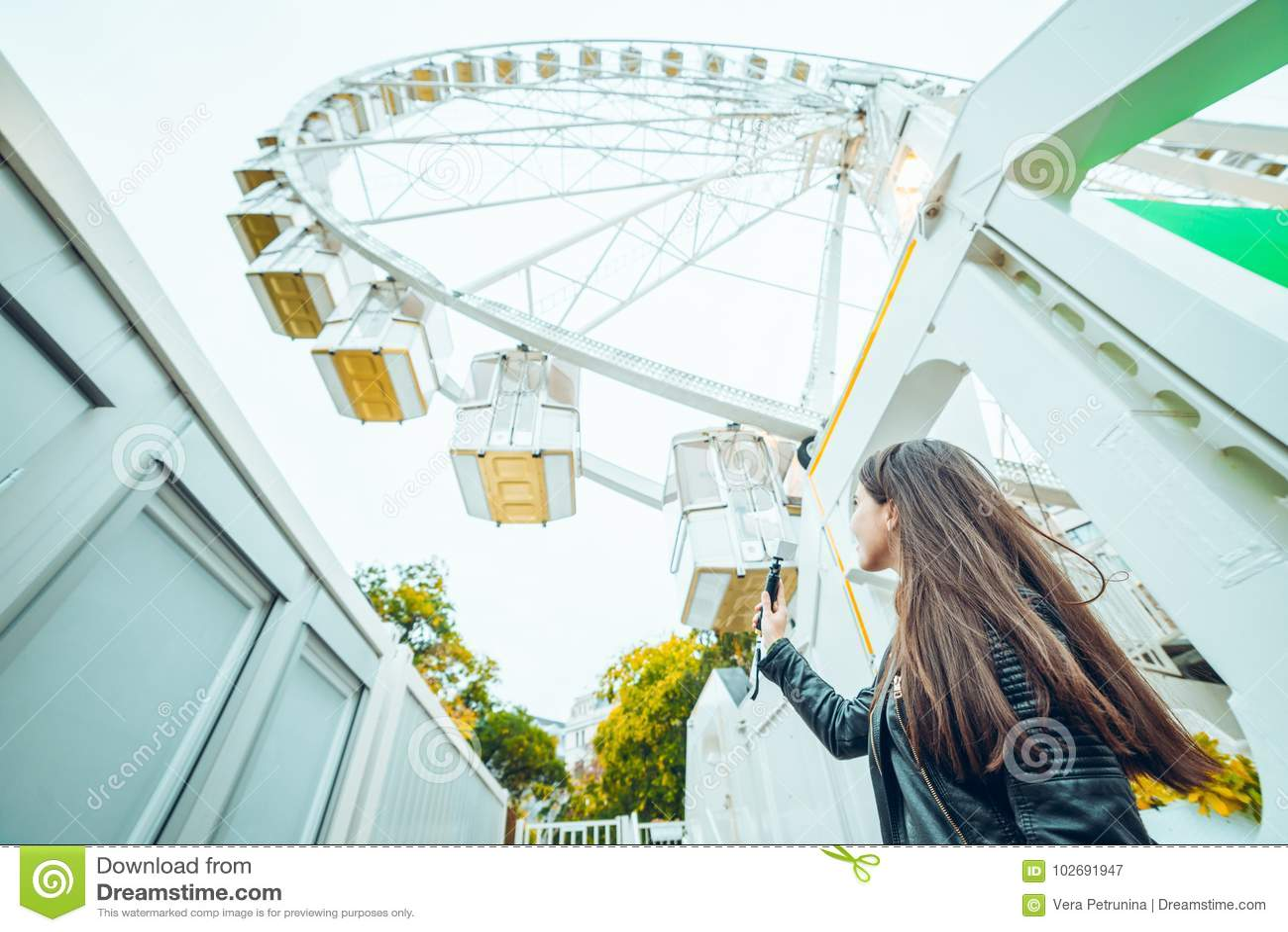 Piękna kobieta trzyma dwa bileta