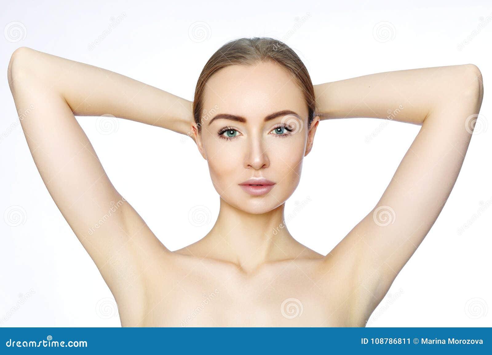 Piękna kobieta trzyma jej ręki z czystymi underarms Epilaci gładka skóra Włosiany usunięcie na rękach