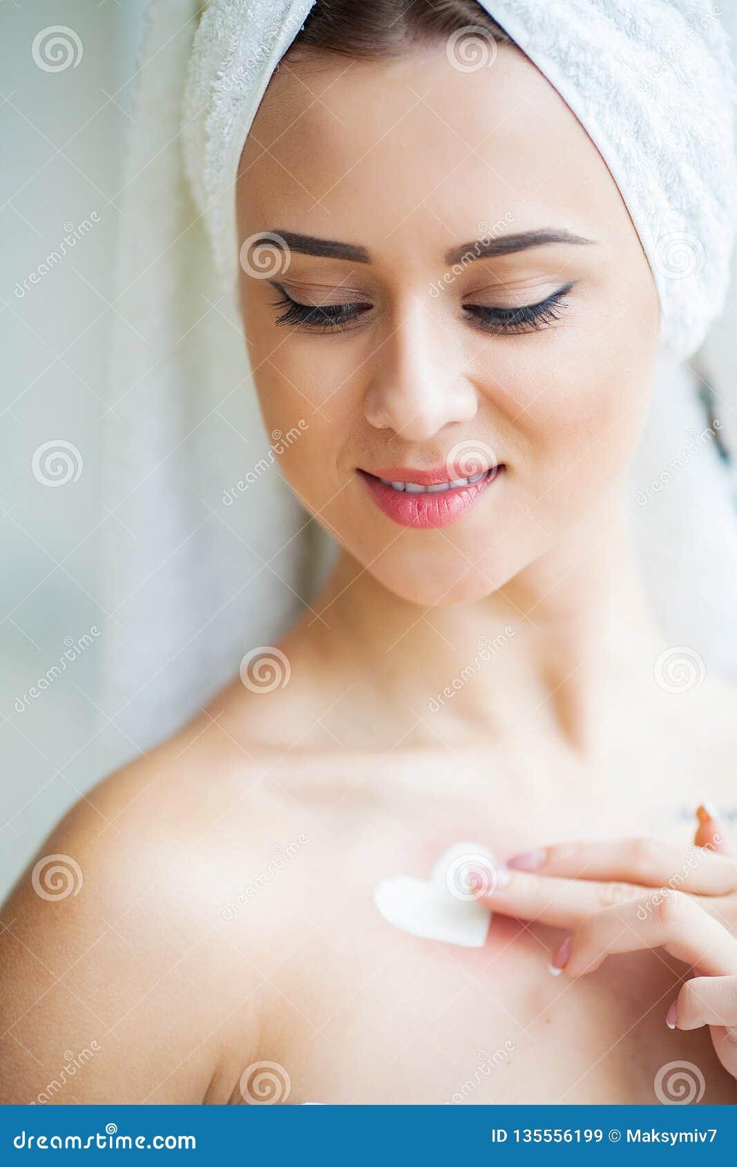 Piękna kobieta używa skóry opieki produkt, moisturizer, płukanka lub Skincare bierze opiekę jej sucha cera,