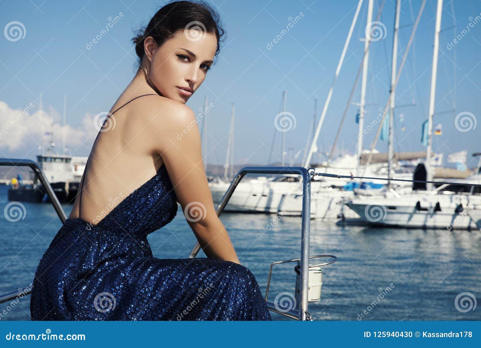 Piękna kobieta w błyskotliwości sukni