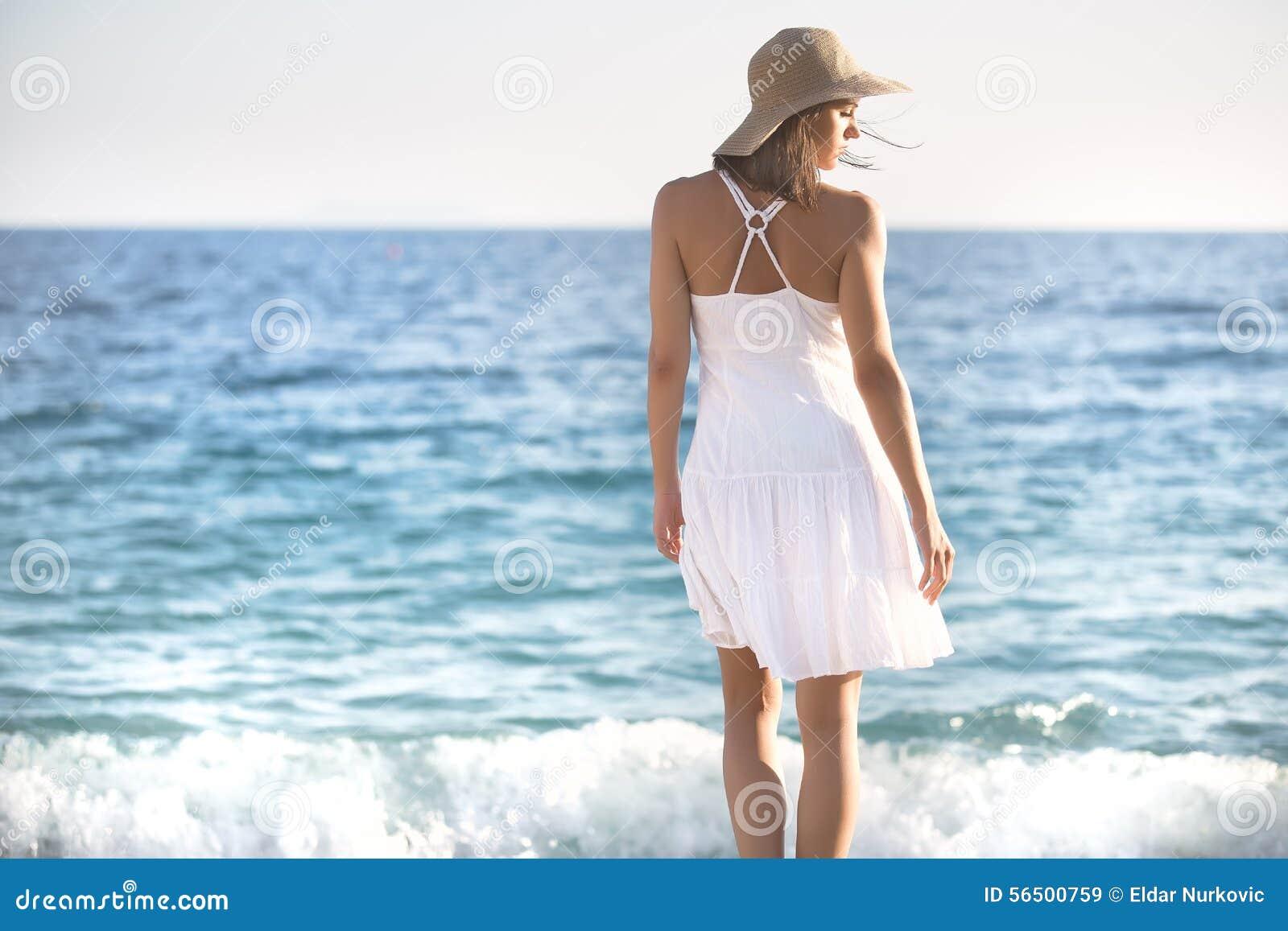 Piękna kobieta w białym smokingowym odprowadzeniu na plaży Zrelaksowany kobiety oddychania świeże powietrze, emocjonalna zmysłowa