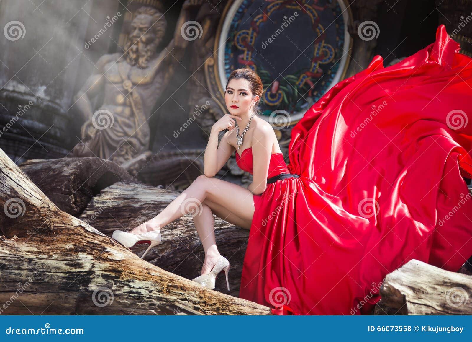 Piękna kobieta w czerwieni sukni