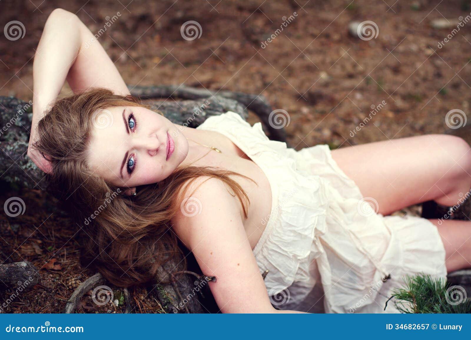 Piękna kobieta w delikatnej sukni
