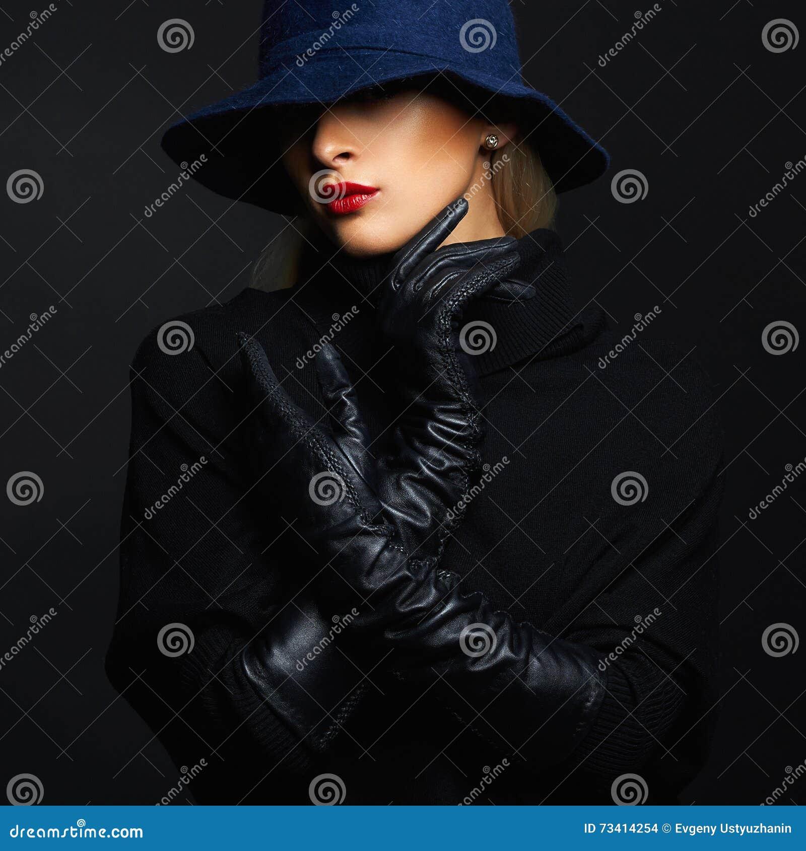 Piękna kobieta w kapeluszowych i rzemiennych rękawiczkach retro mody dziewczyna