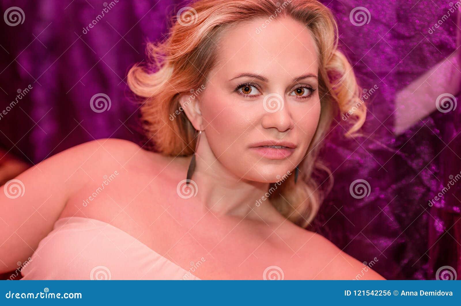 Piękna kobieta w klubie