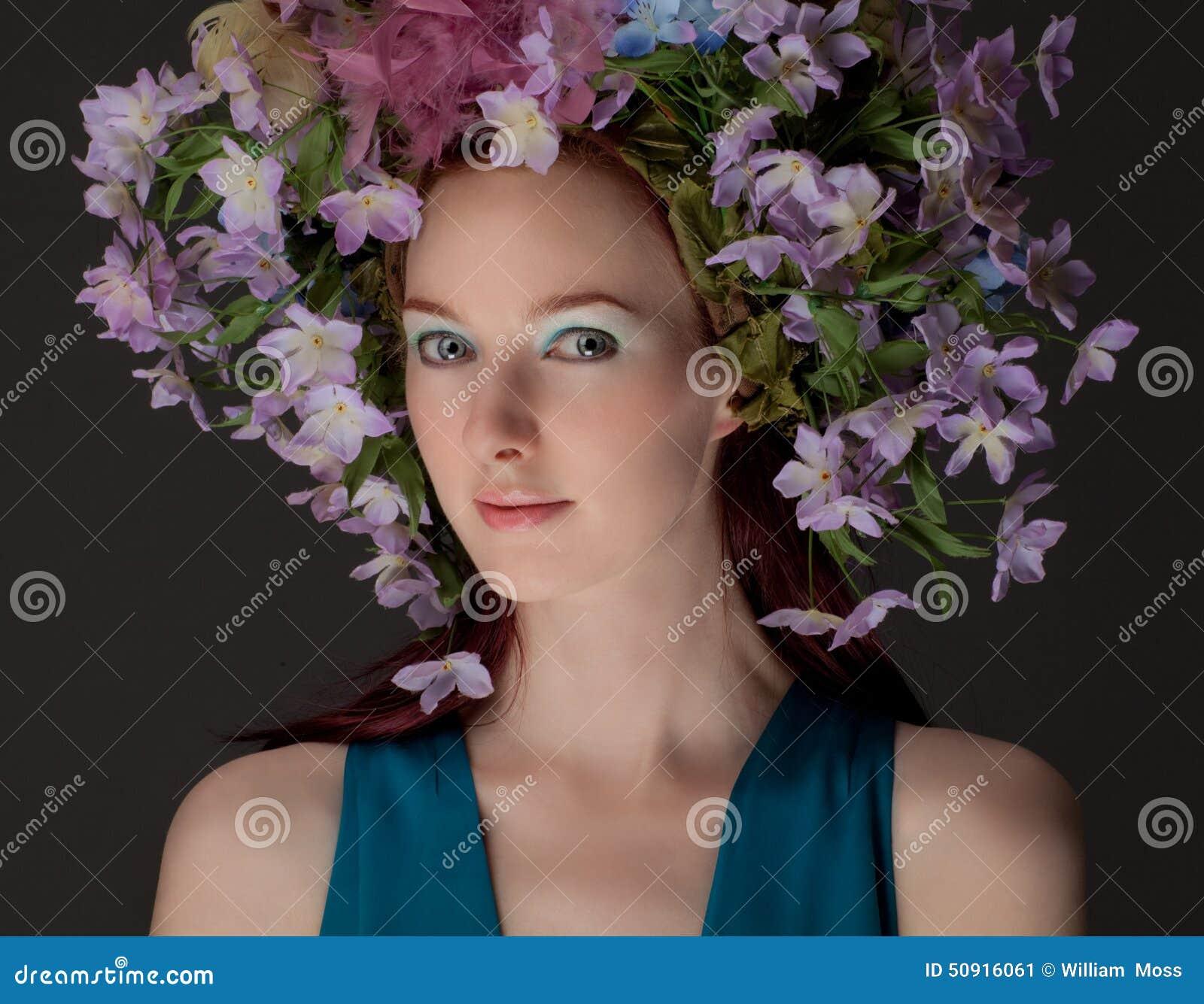 Piękna kobieta w kwiatu Headpiece