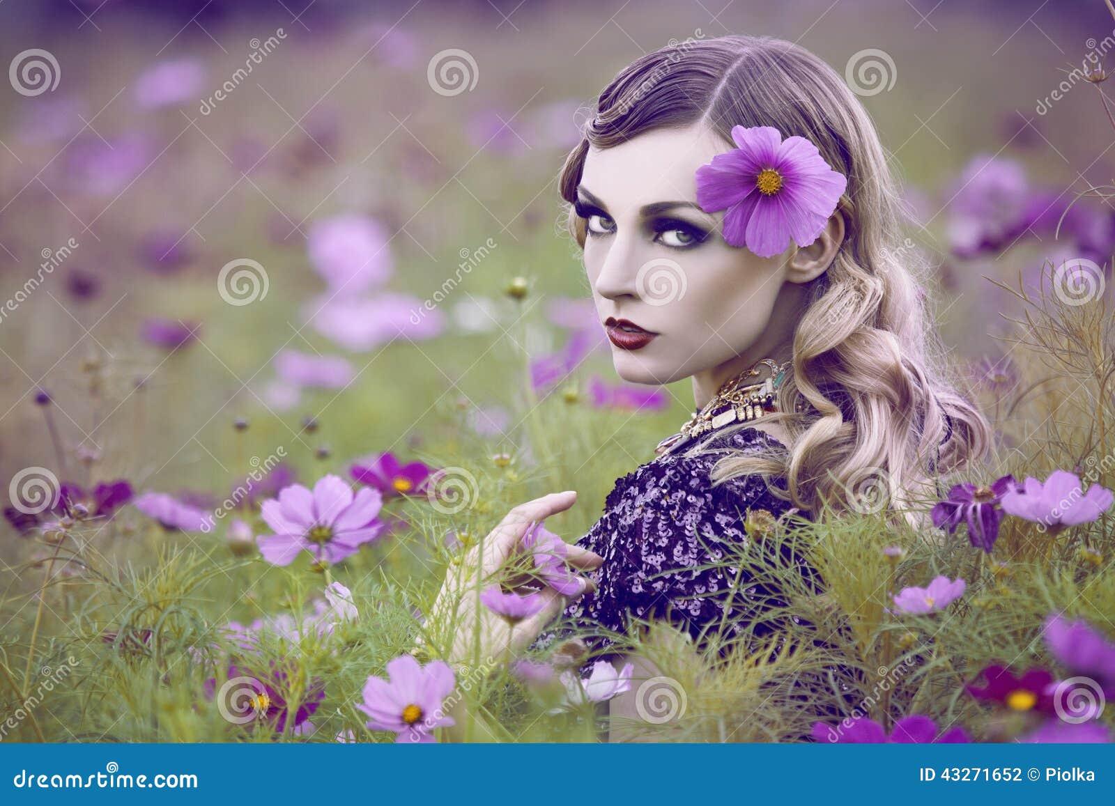 Piękna kobieta w kwiatu polu