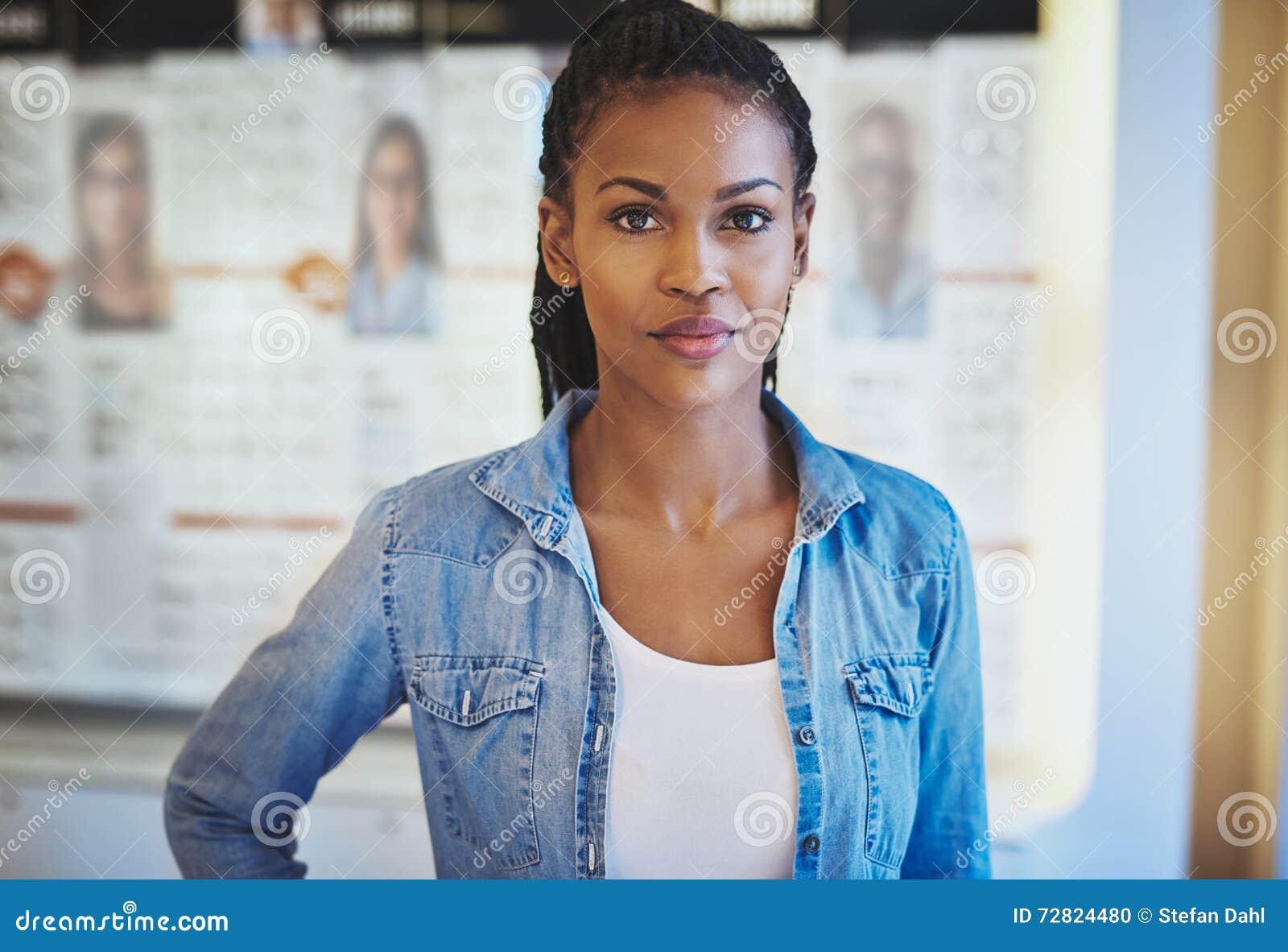 Piękna kobieta w przypadkowej odzieży przy sklepem