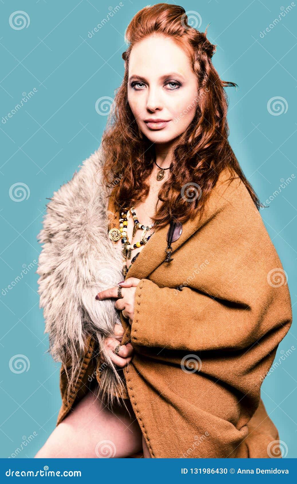 Piękna kobieta w Viking kostiumu