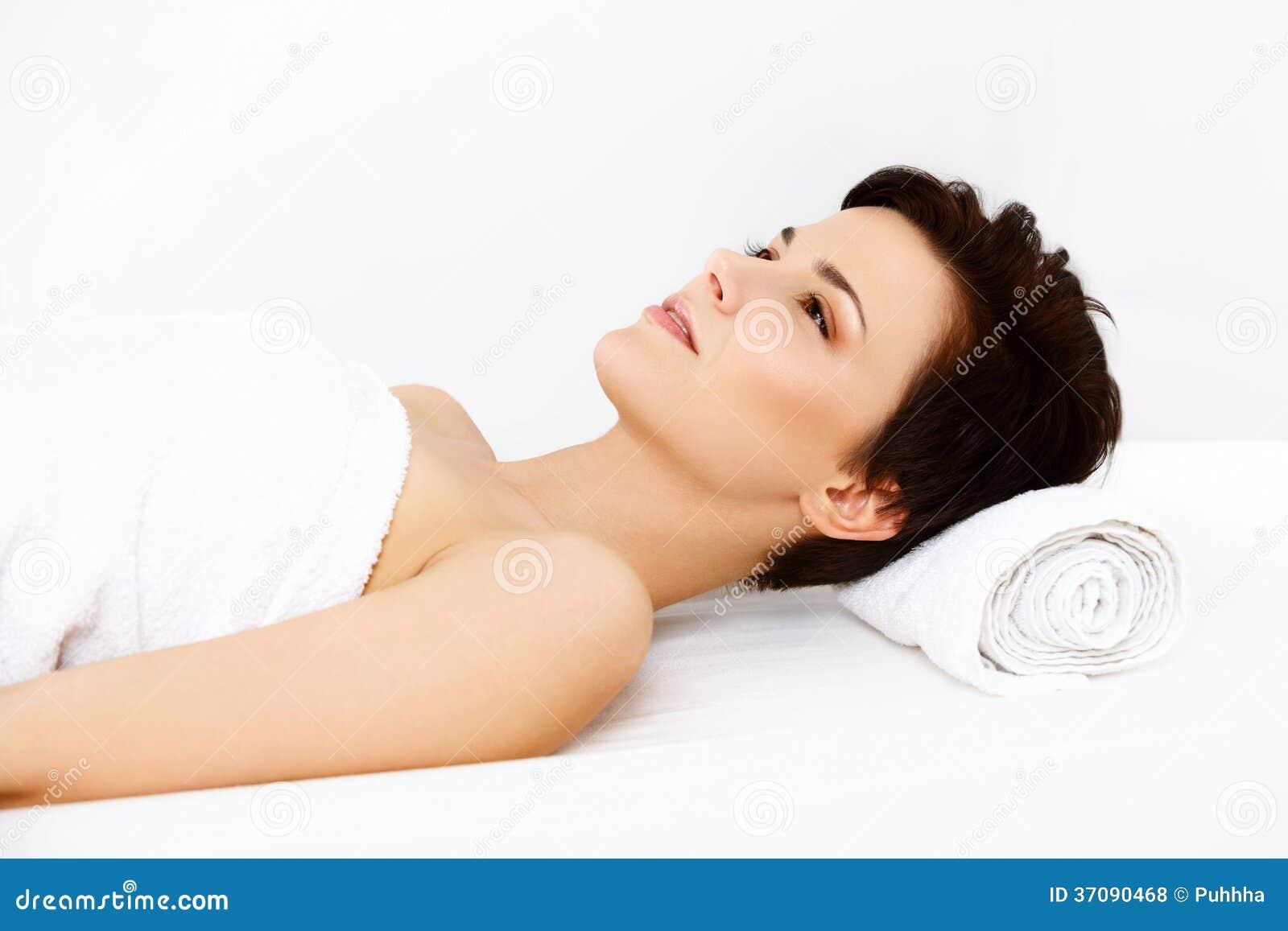 Download Piękna Kobieta W Zdroju Salonie Dostaje Relaksującego Traktowanie. Zdjęcie Stock - Obraz złożonej z wygodny, dosyć: 37090468