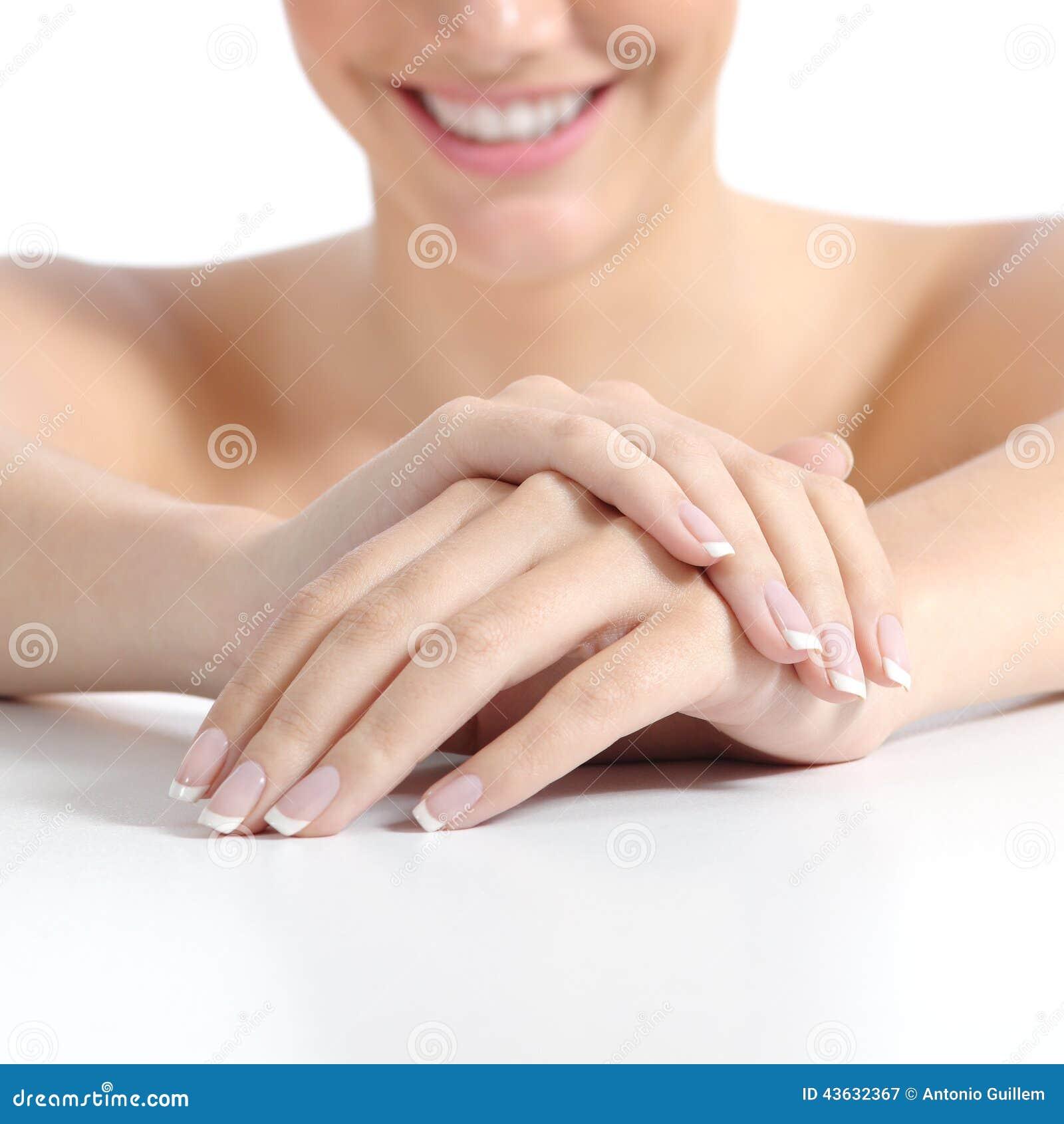 Piękna kobieta wręcza gwoździe z perfect francuskim manicure em