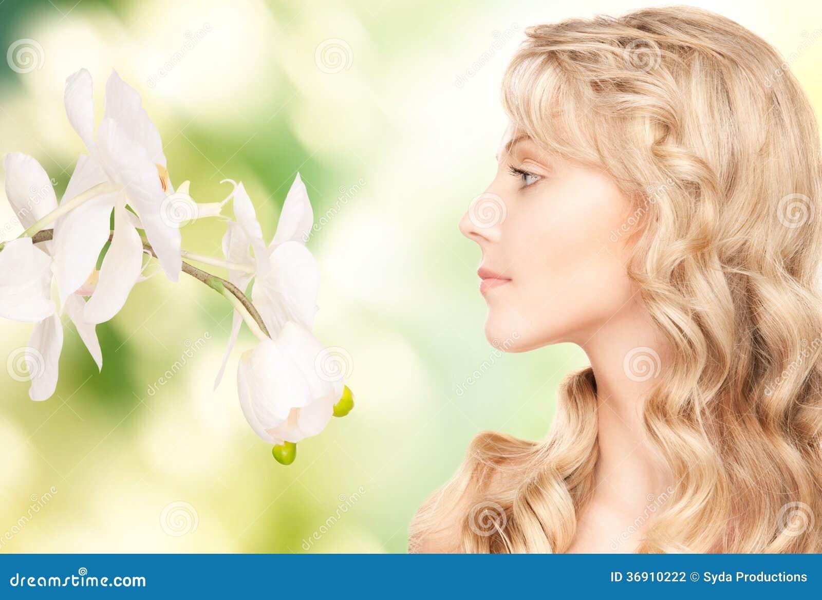 Piękna kobieta z białym kwiatem