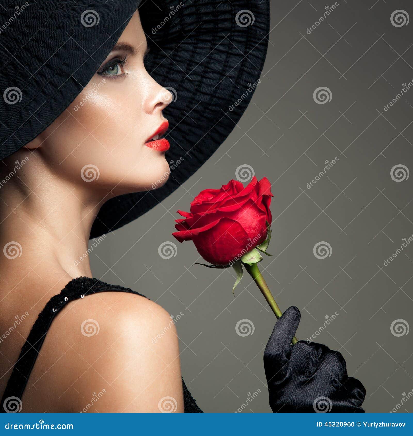 Piękna kobieta z czerwieni różą Retro moda wizerunek