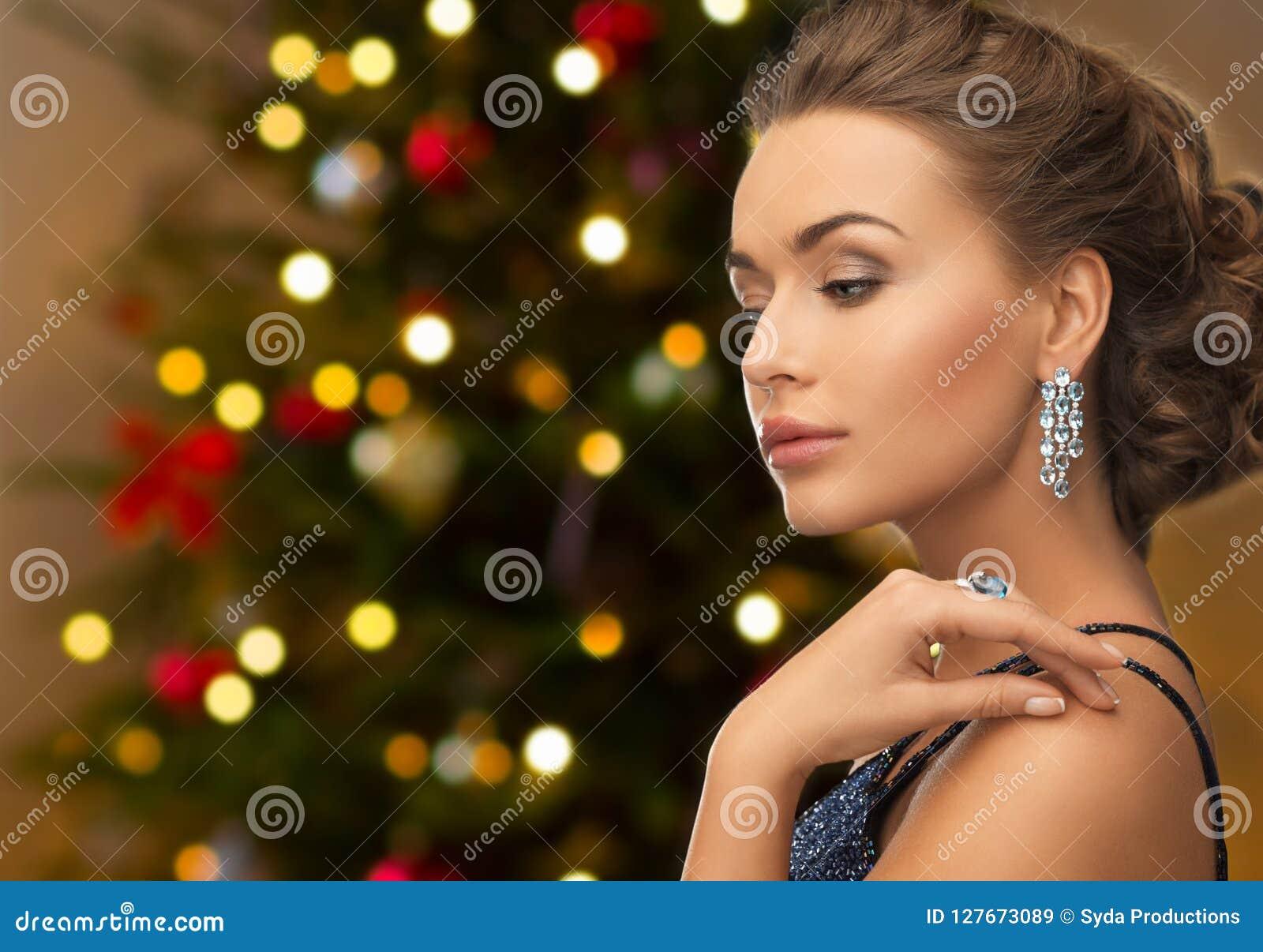 Piękna kobieta z diamentową biżuterią na bożych narodzeniach