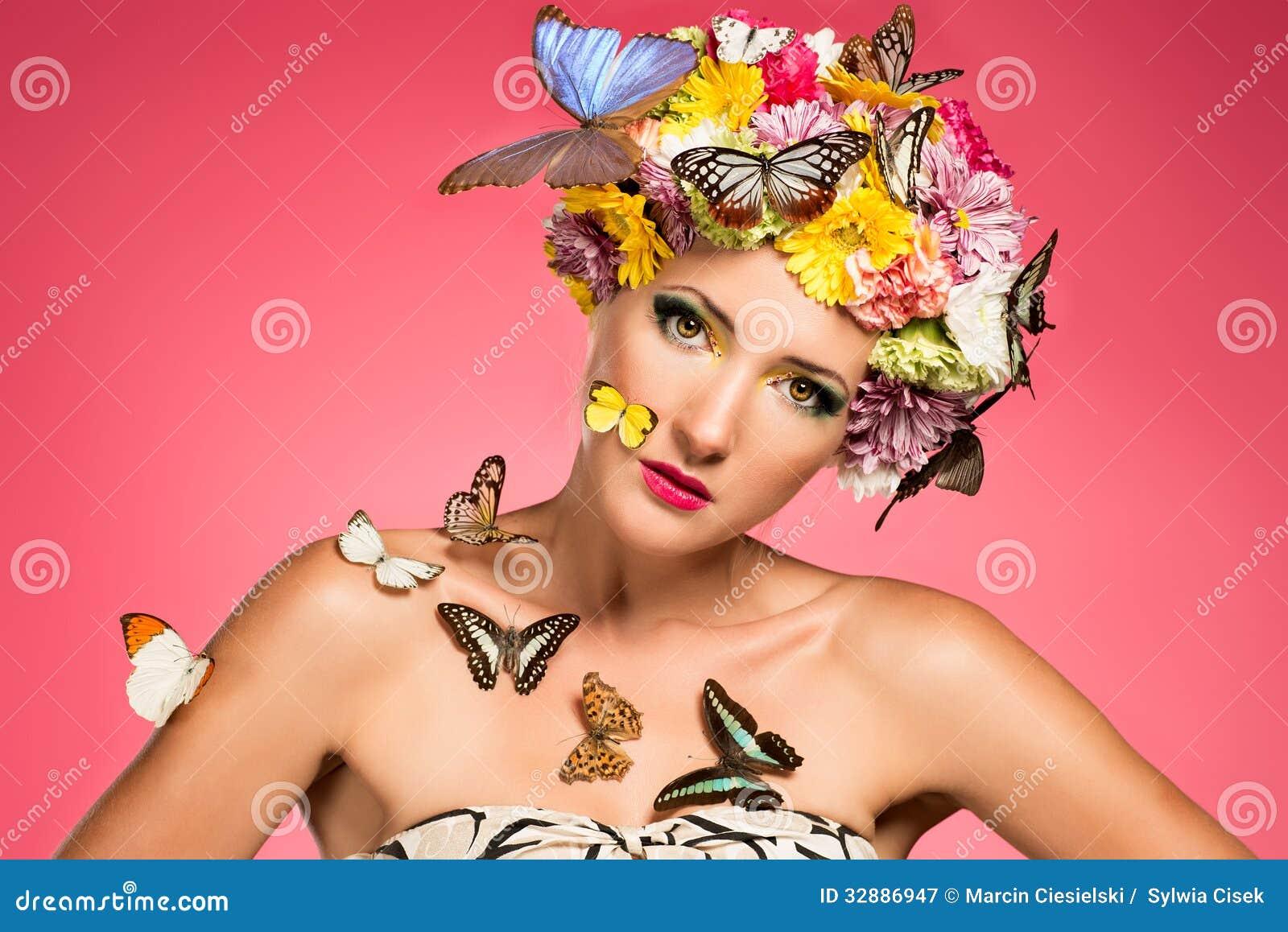 Piękna kobieta z kwiecistym headpiece