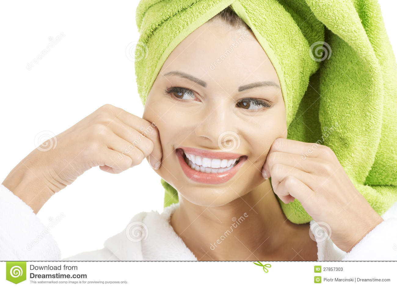 Piękna kobieta z ręcznikiem na jej głowie