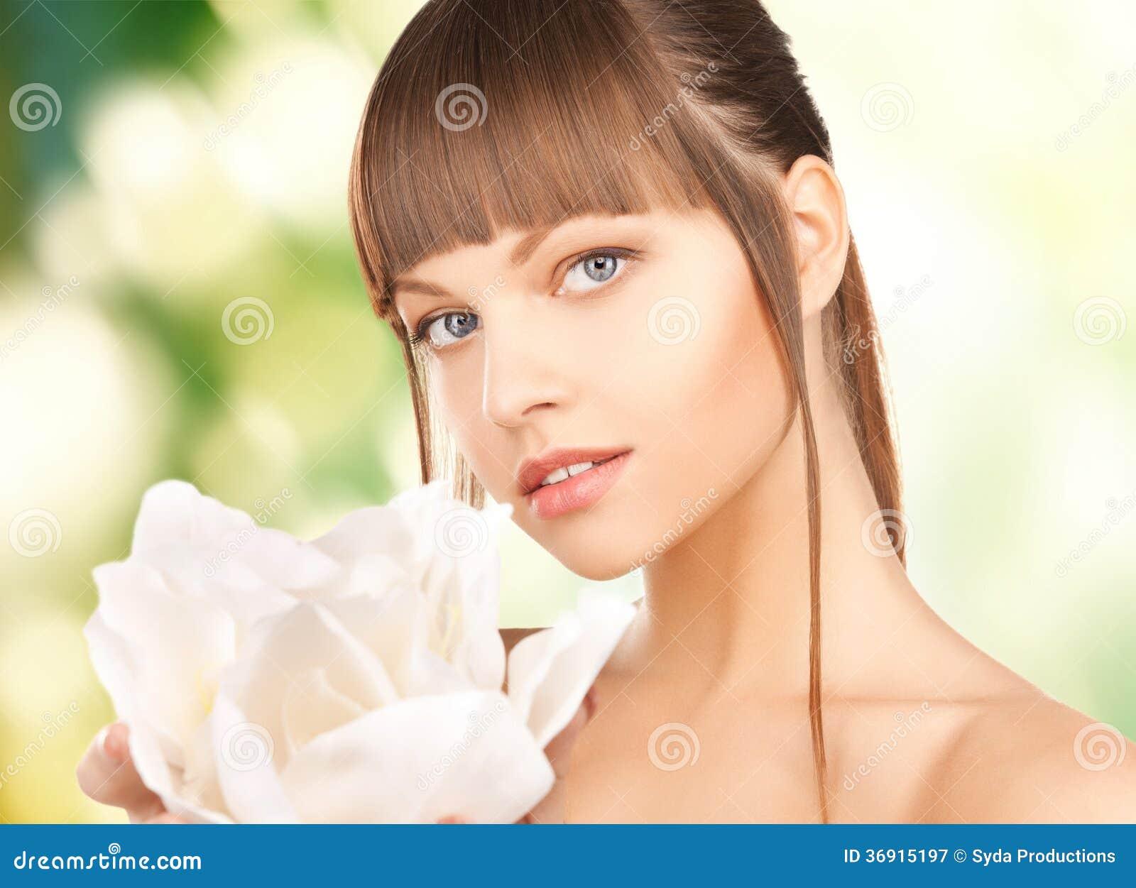 Piękna kobieta z storczykowym kwiatem