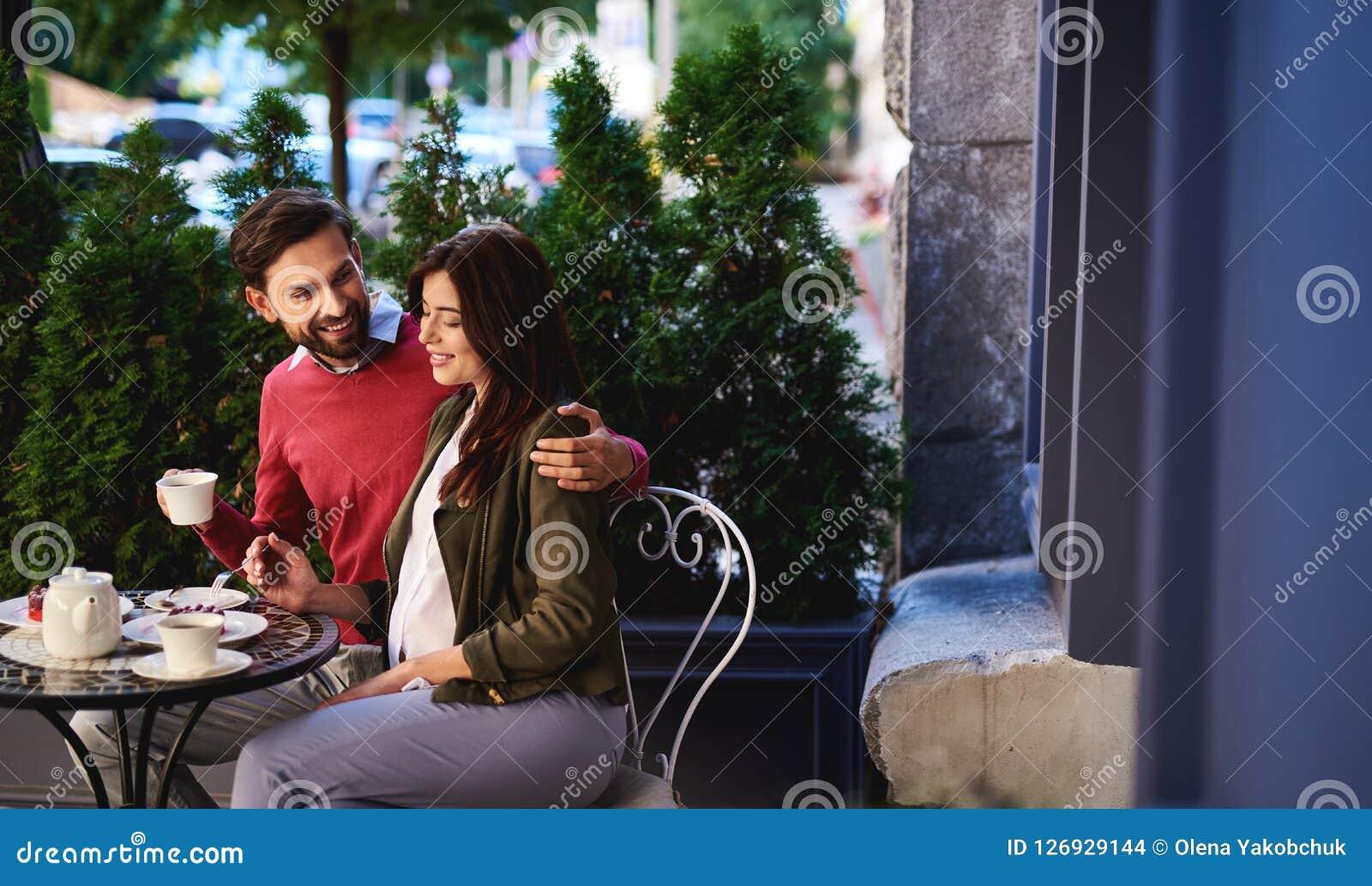 Piękna kochająca para wydaje czas w plenerowej kawiarni wpólnie