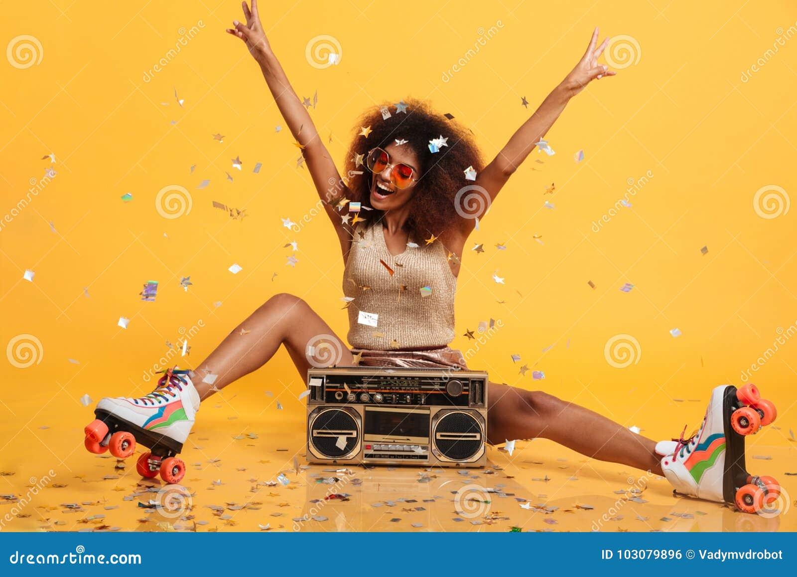 Piękna młoda afrykańska kobieta z afro fryzury miotania confe