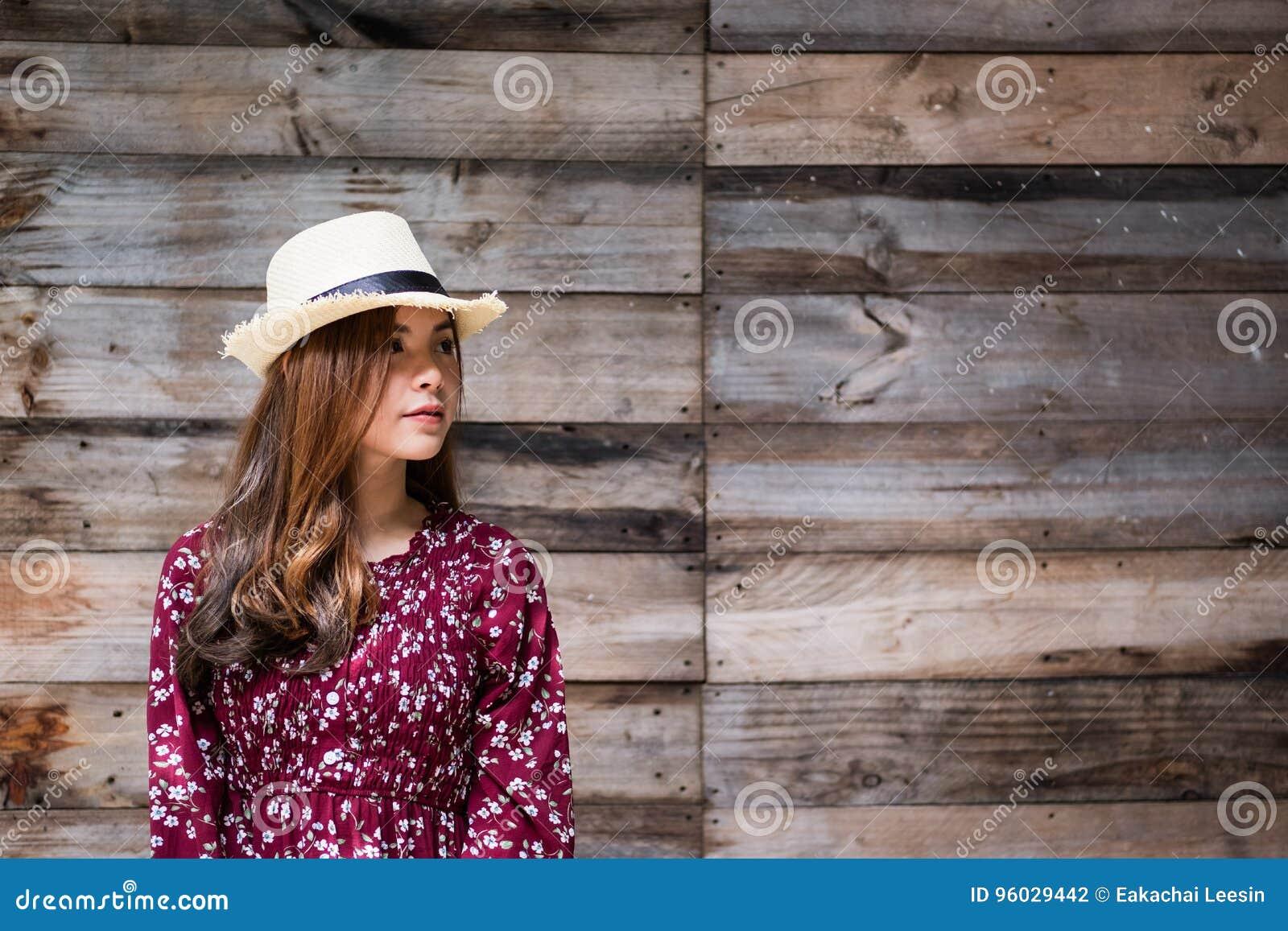 Piękna młoda azjatykcia dziewczyna szczęśliwego czas samotnie