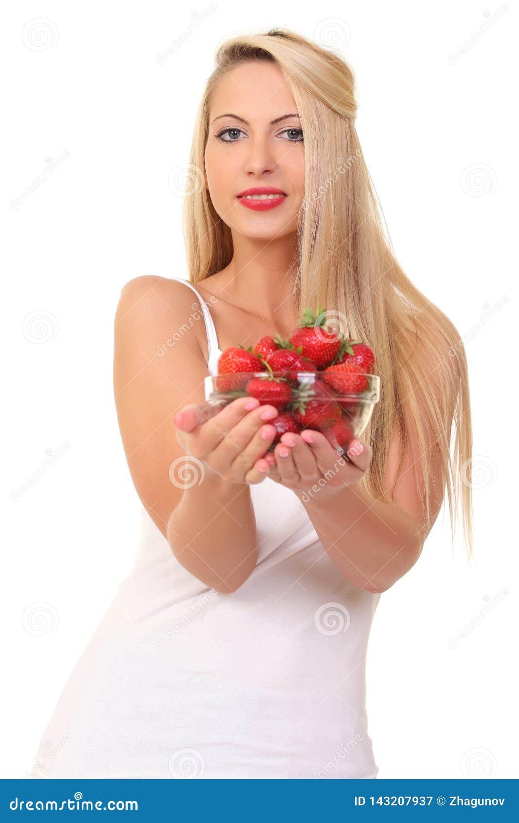 Piękna młoda blond kobieta z truskawką