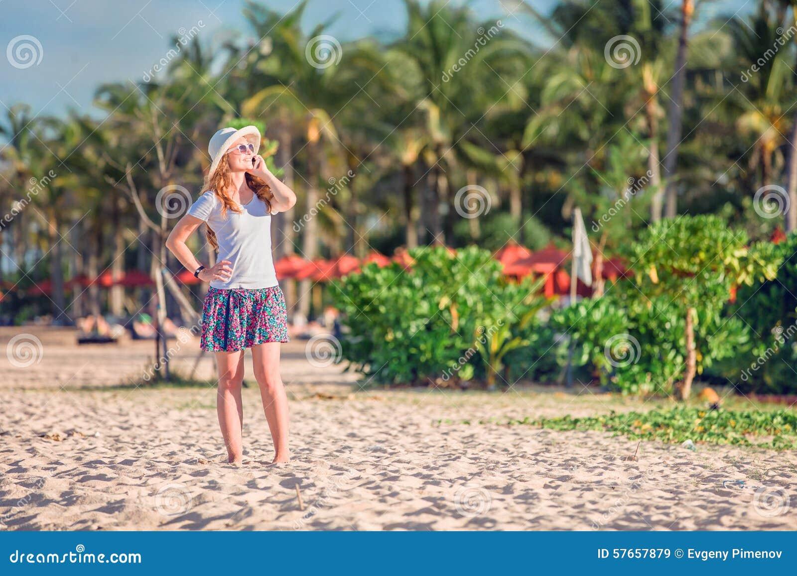 Piękna młoda caucasian kobieta przy plażą wewnątrz