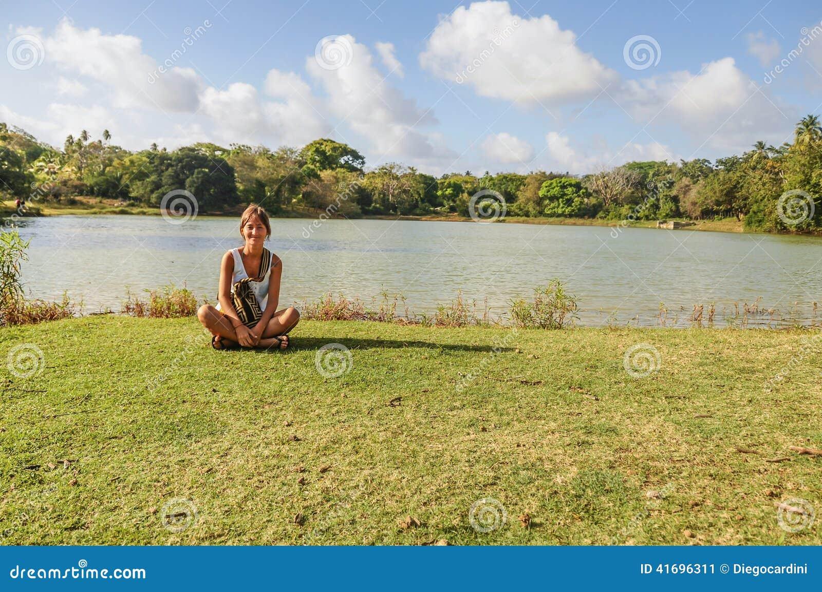 Piękna młoda dziewczyna, łąka i jezioro przy San Andres wyspą, colo